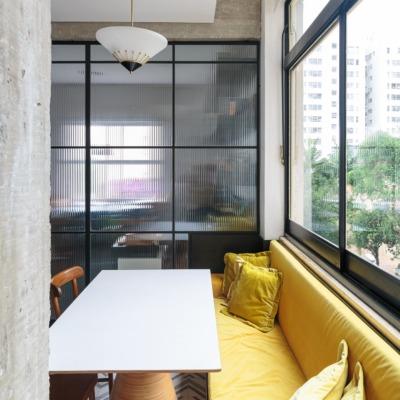 decoração ap cozinha com sofá amarelo e porta serralheria