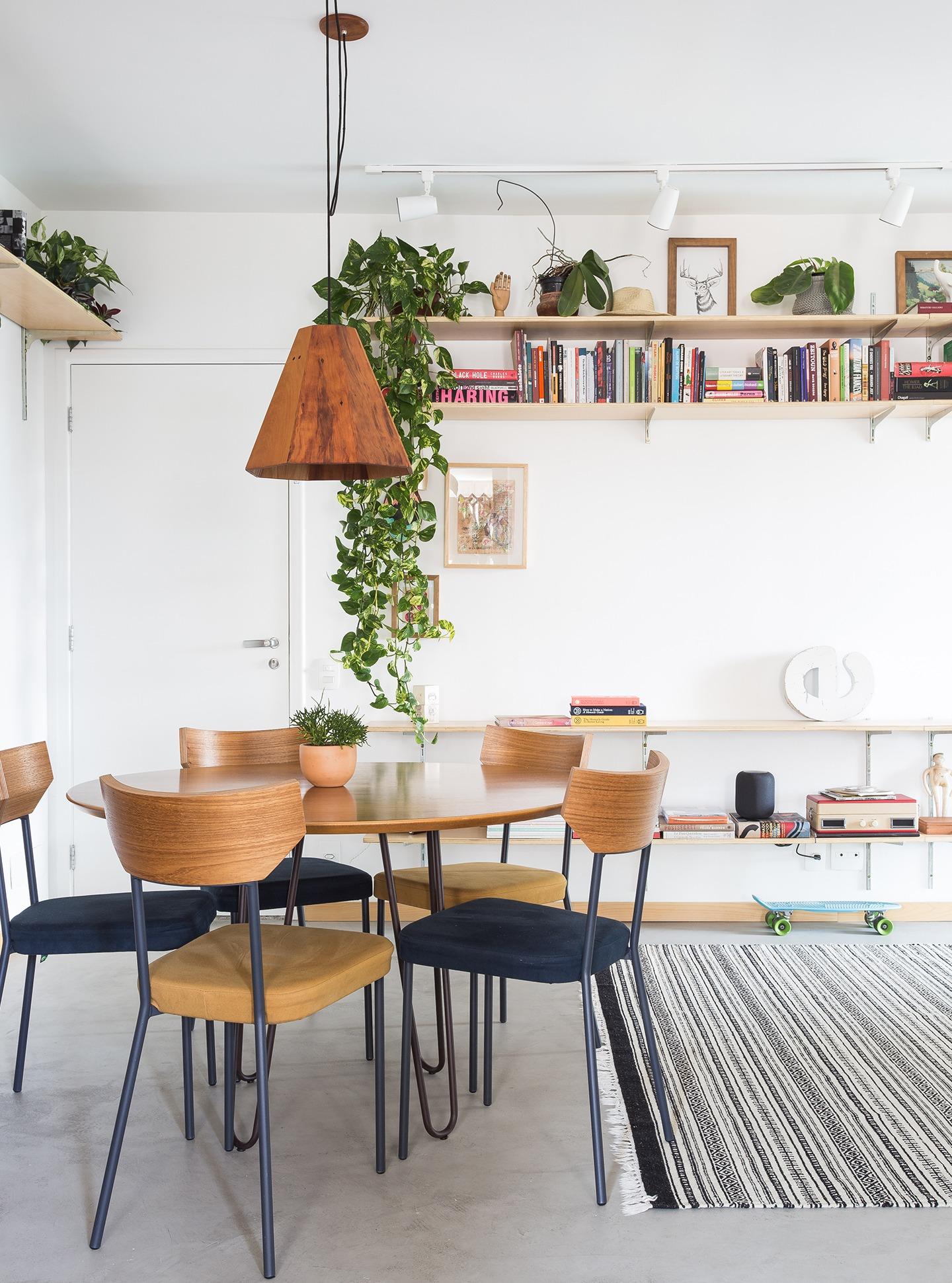 decoração sala jantar com mesa e prateleiras de madeira