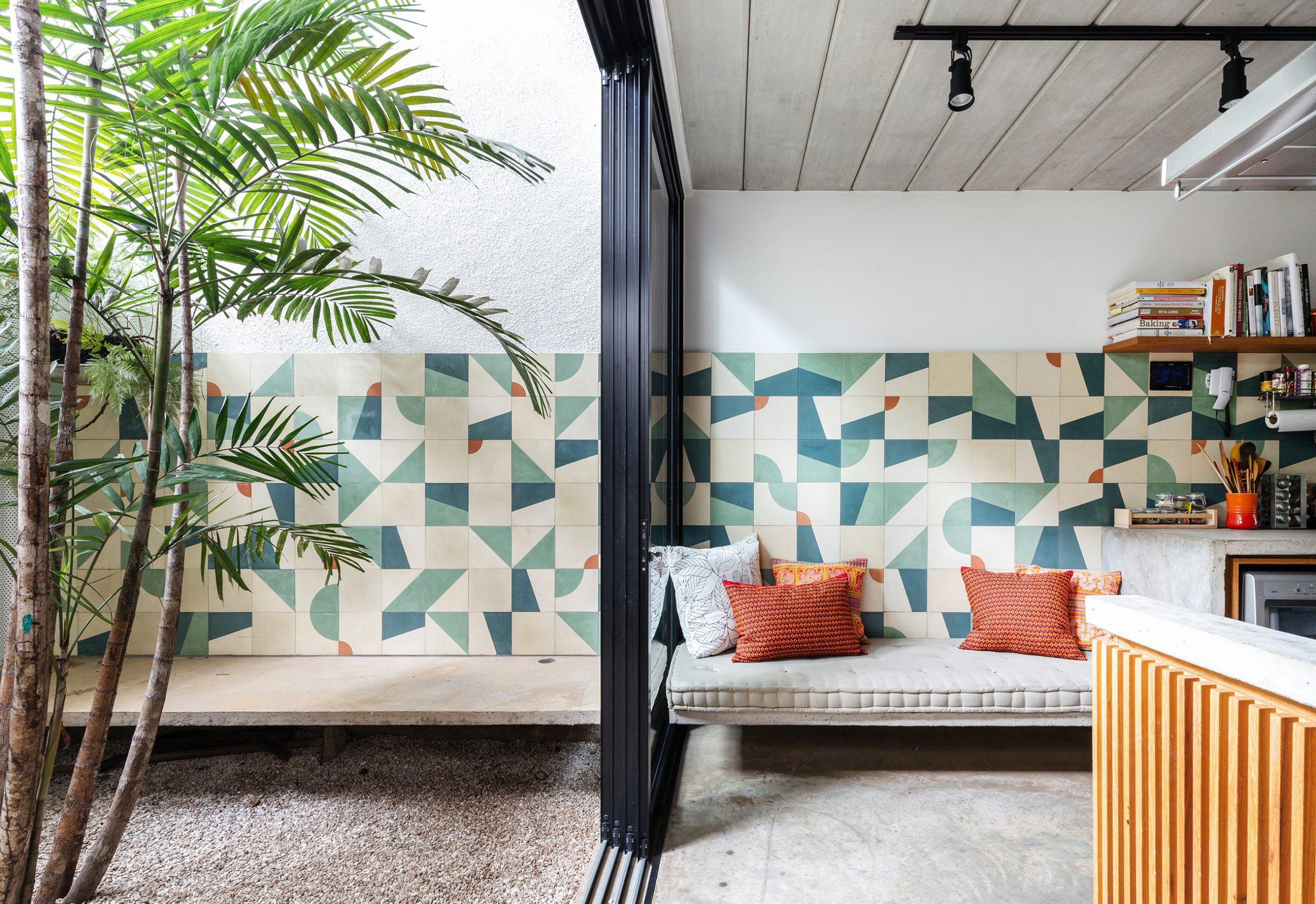 decoração casa jardim cozinha com azulejos coloridos na parede, banco de concreto
