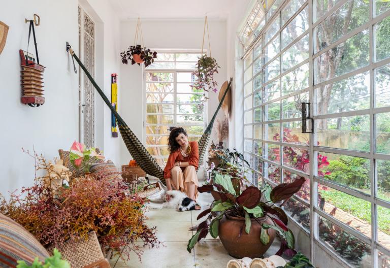 retrato em varanda com rede e muitas plantas