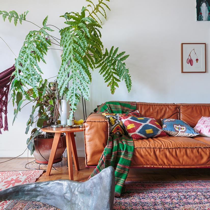 sala com sofá laranja