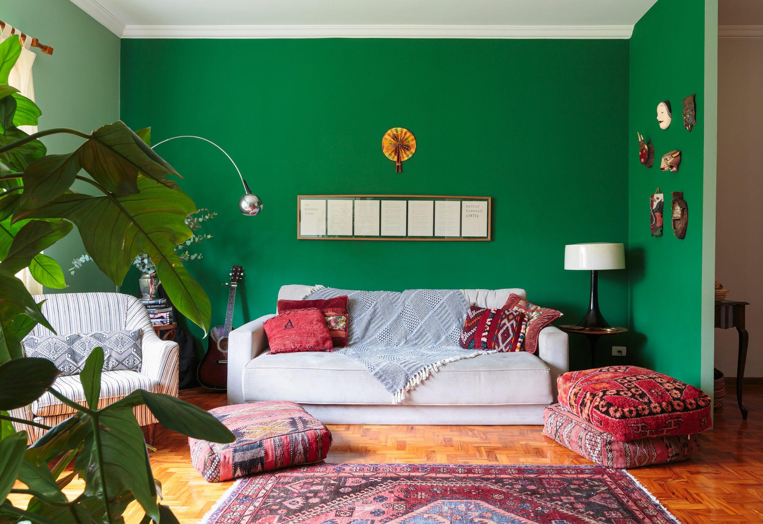 decoração sala com parede verde, pufes coloridos