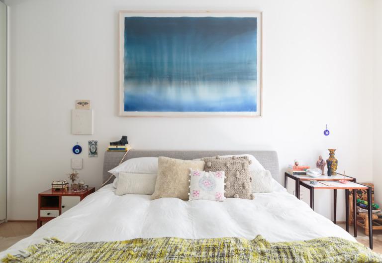 decoração ap quarto com cabeceira de tecido e quadro azul