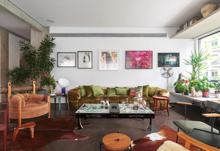 decoração ap sala com sofá de veludo verde, muitos quadros e poltrona sergio rodrigues