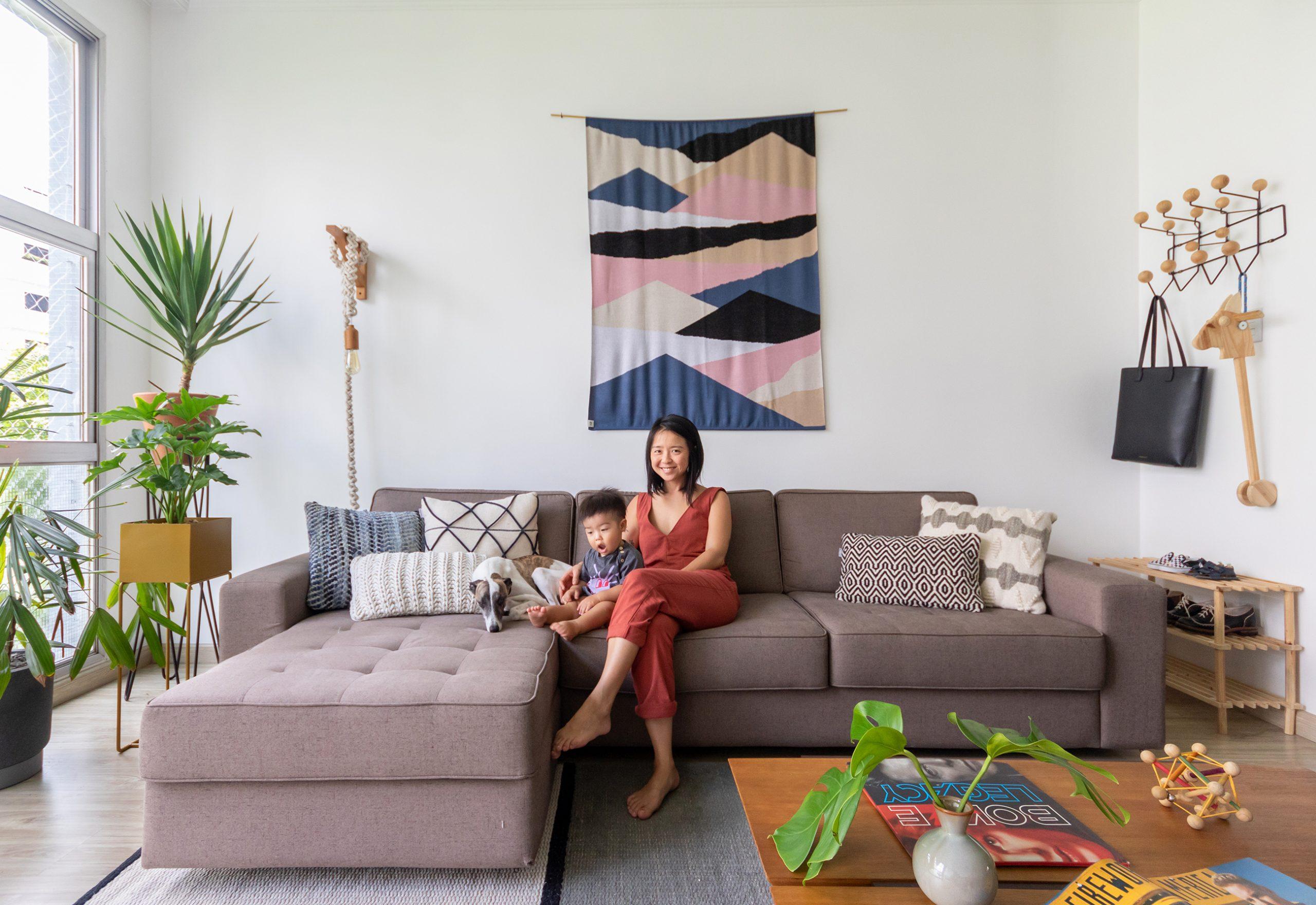 decoração sala com sofá cinza, cabideiro eames e manta na parede