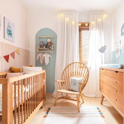 Antes e Depois quarto de bebê meia parede azul, berço e trocador de madeira e cordão de luz