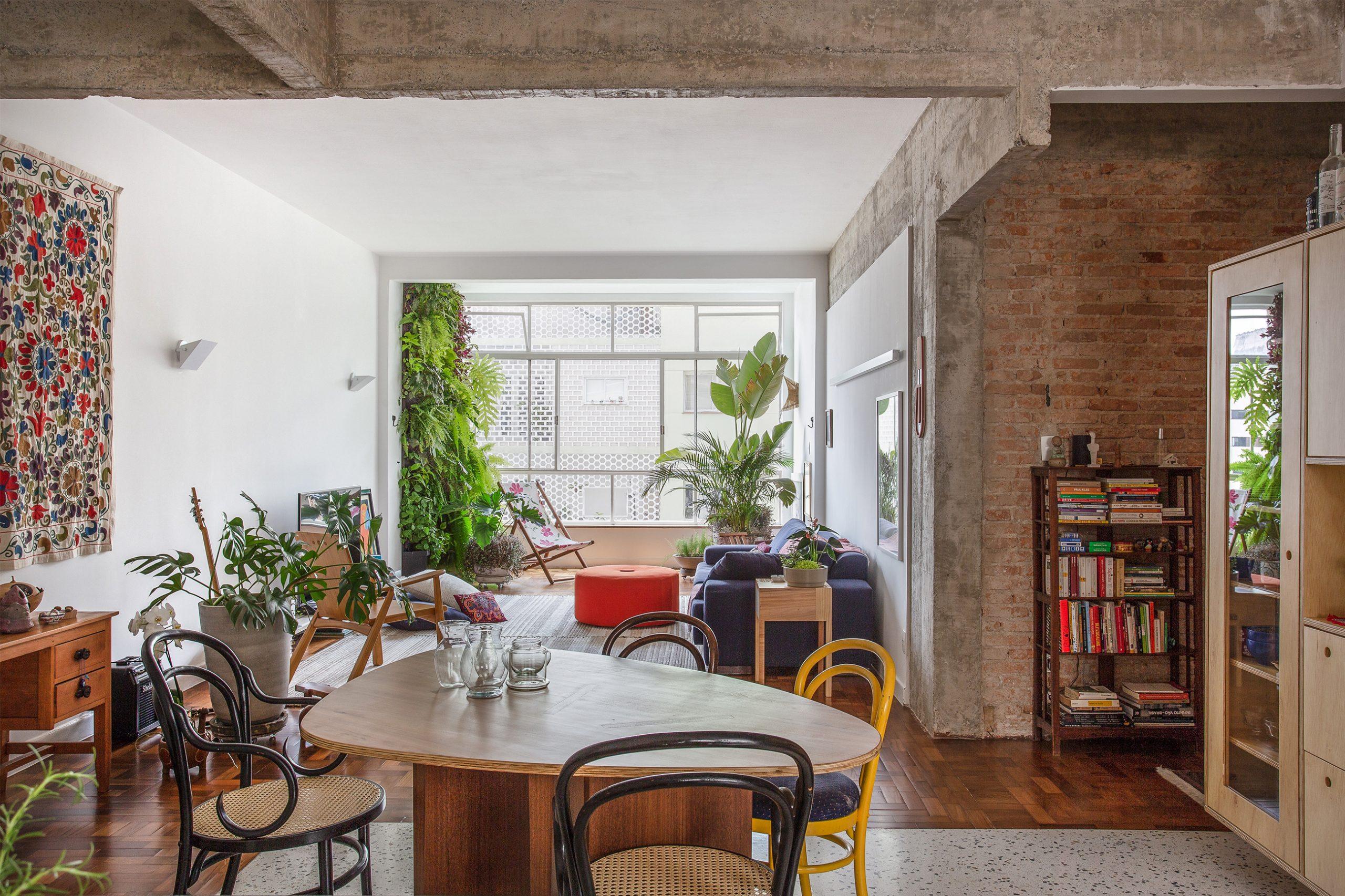 decoração cozinha com piso de granilite, armarios de madeira e cadeira thonet