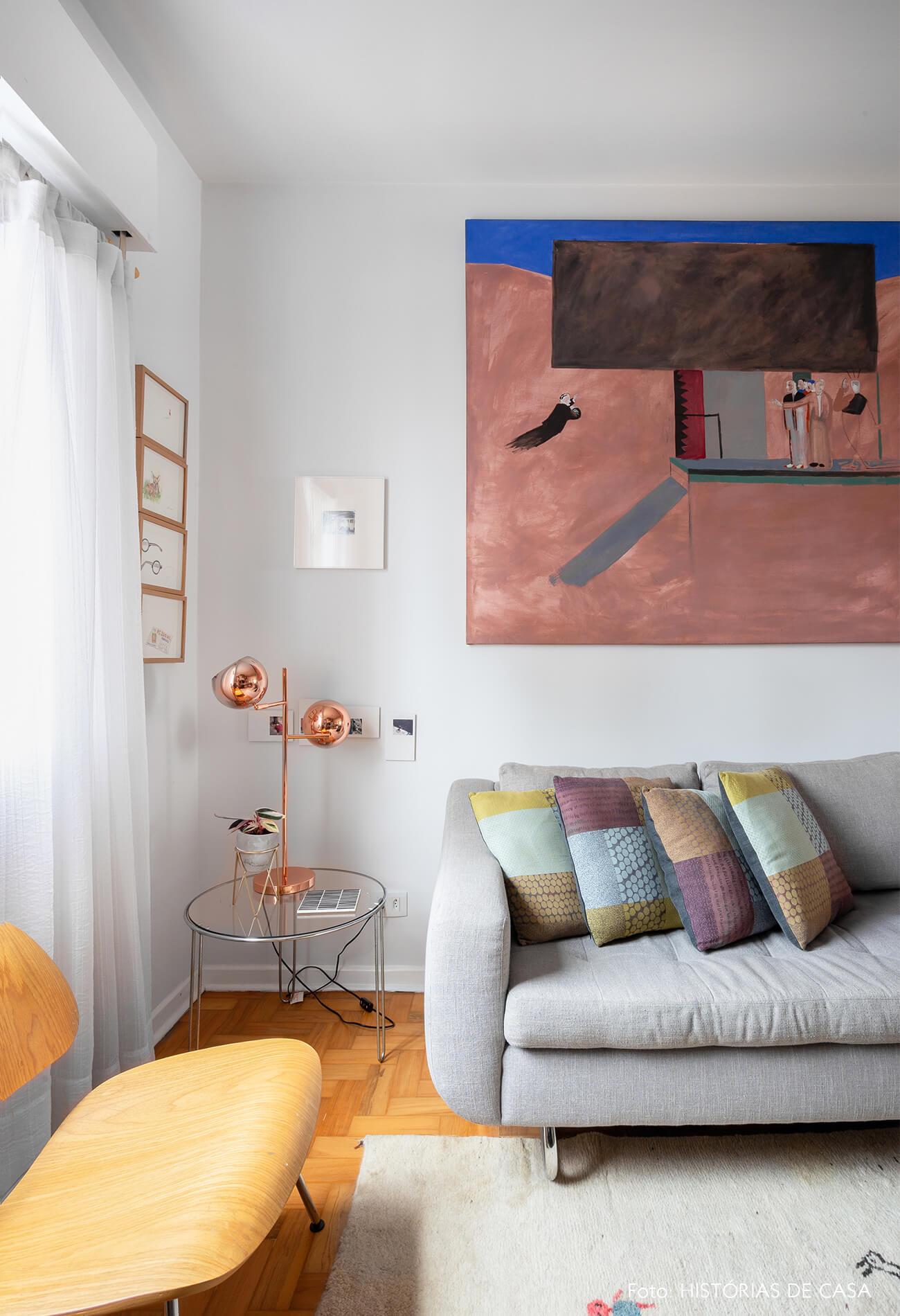decoração sala com sofá cinza e cadeira eames