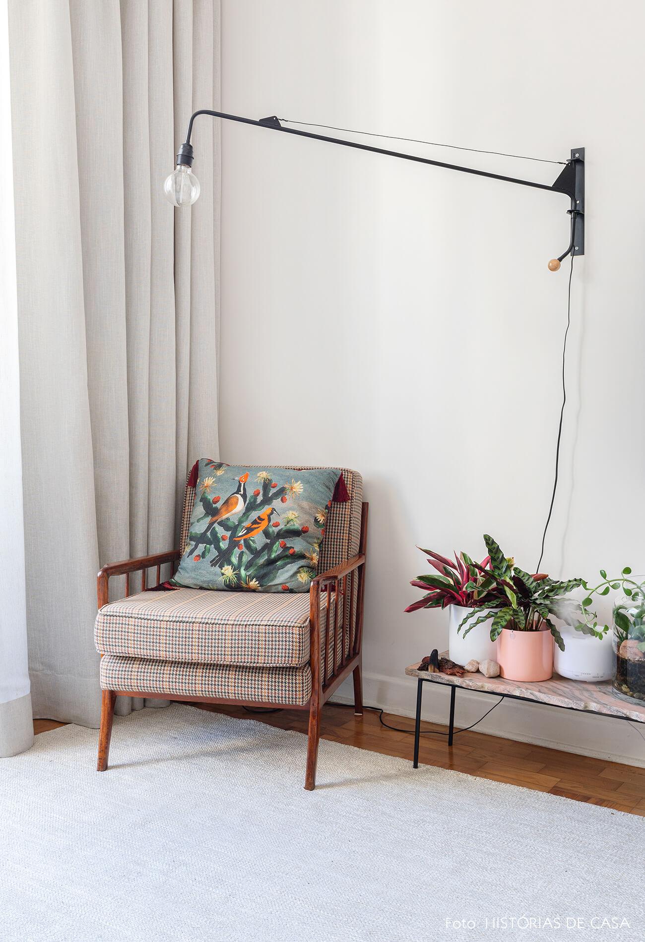 decoração sala com poltrona de tecido vasos coloridos