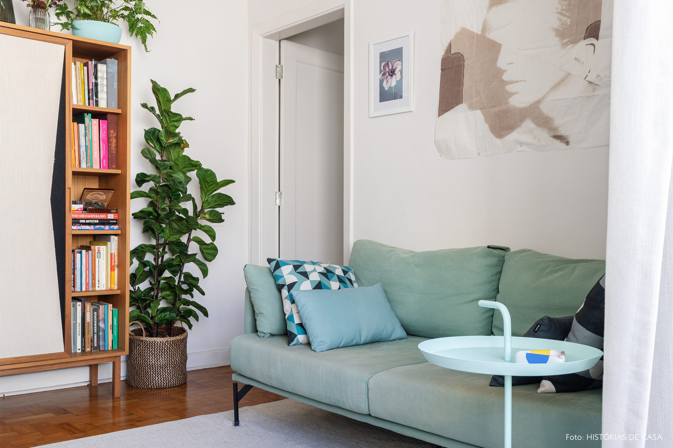 decoração sala sofa azul cesto com planta