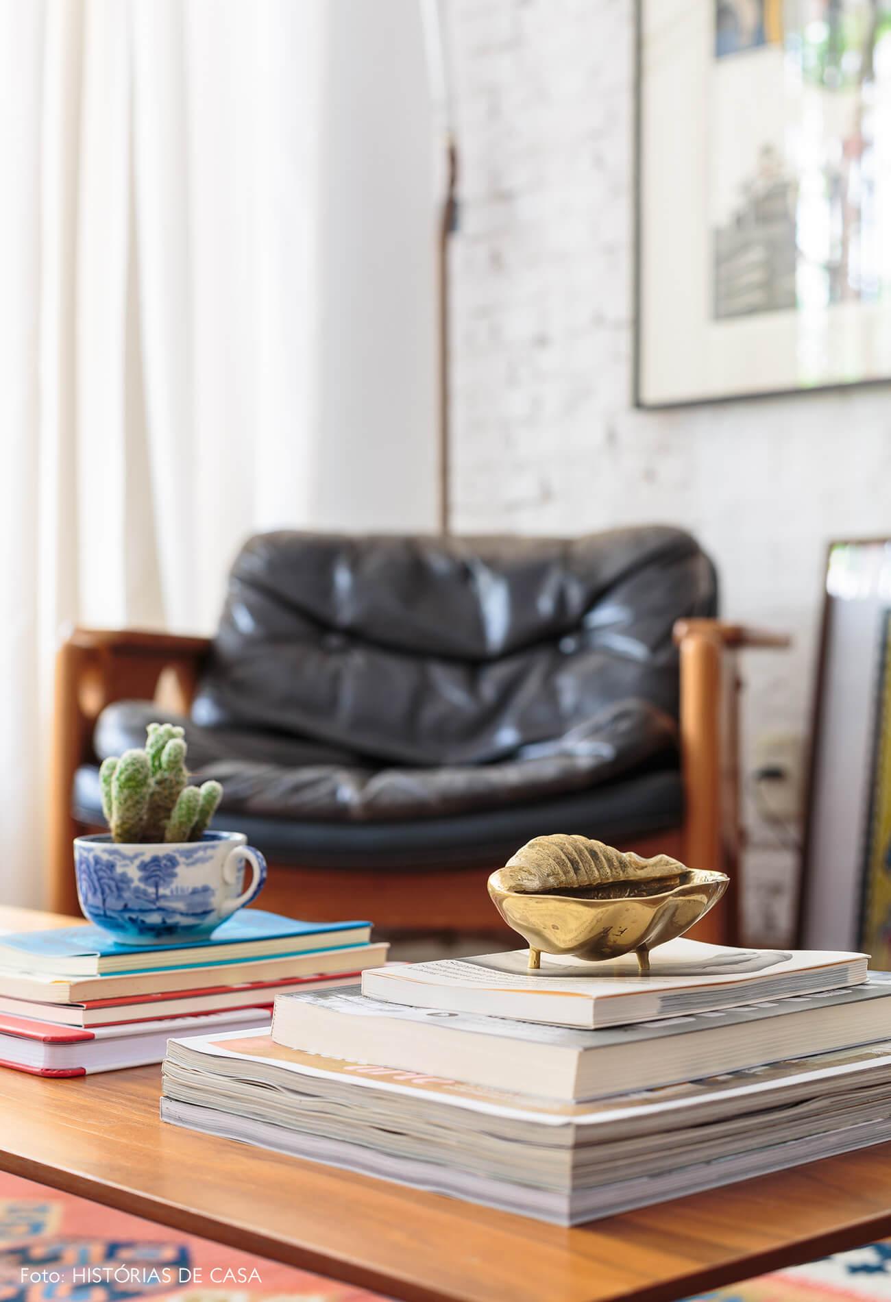 decoração objetos decorativos concha e xicara em mesa de madeira