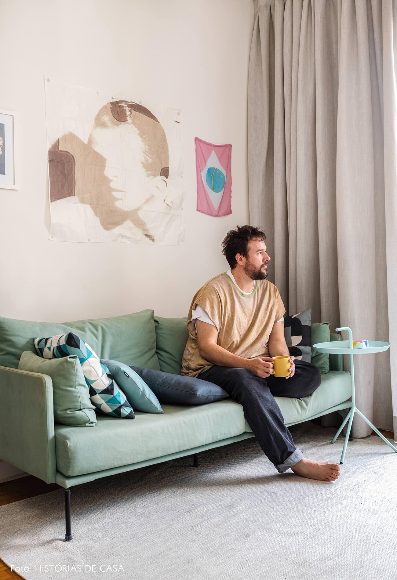 decoração retrato em sala com sofa azul