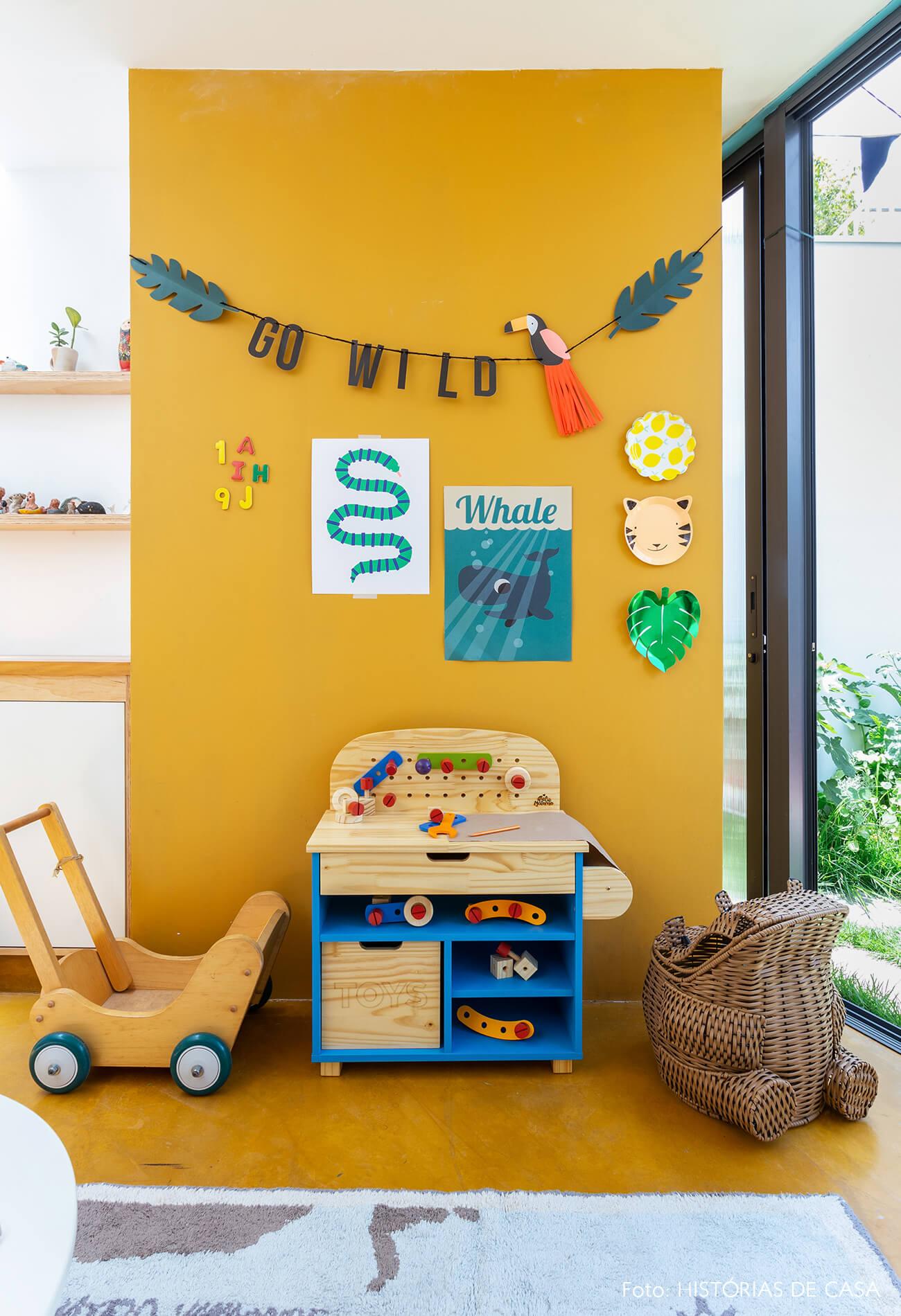 decoração quarto infantil oficina madeira cesto posters parede amarela