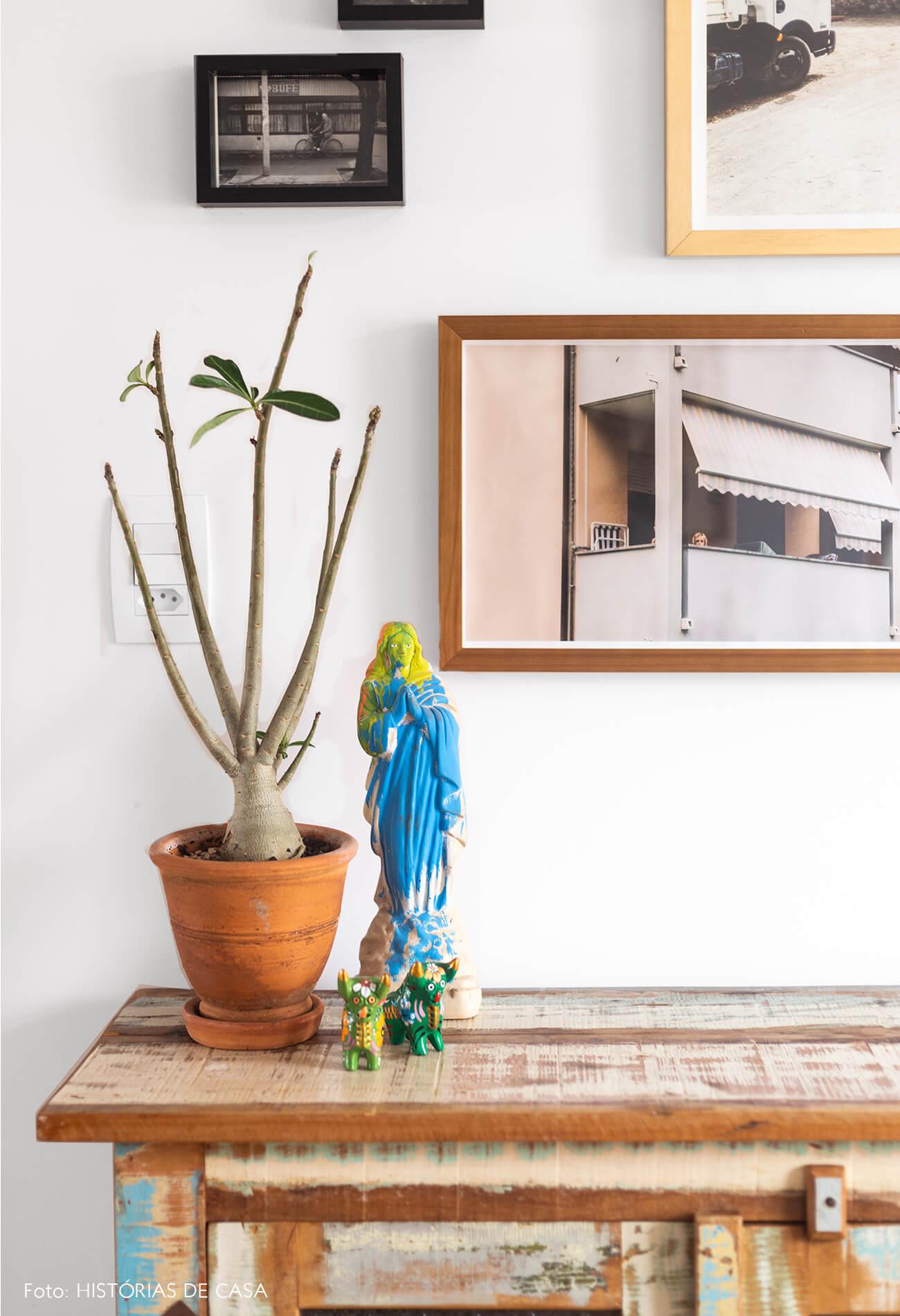 decoração sala jantar com armario de madeira e varios quadros