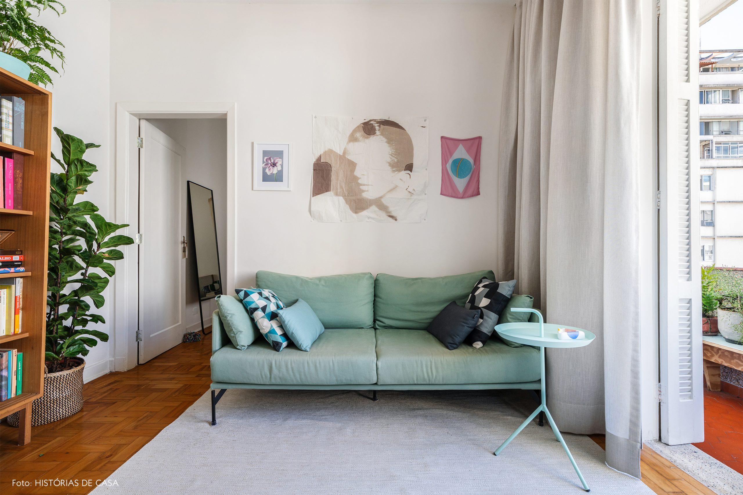 decoração sala sofa e mesa lateral azul cesto com planta