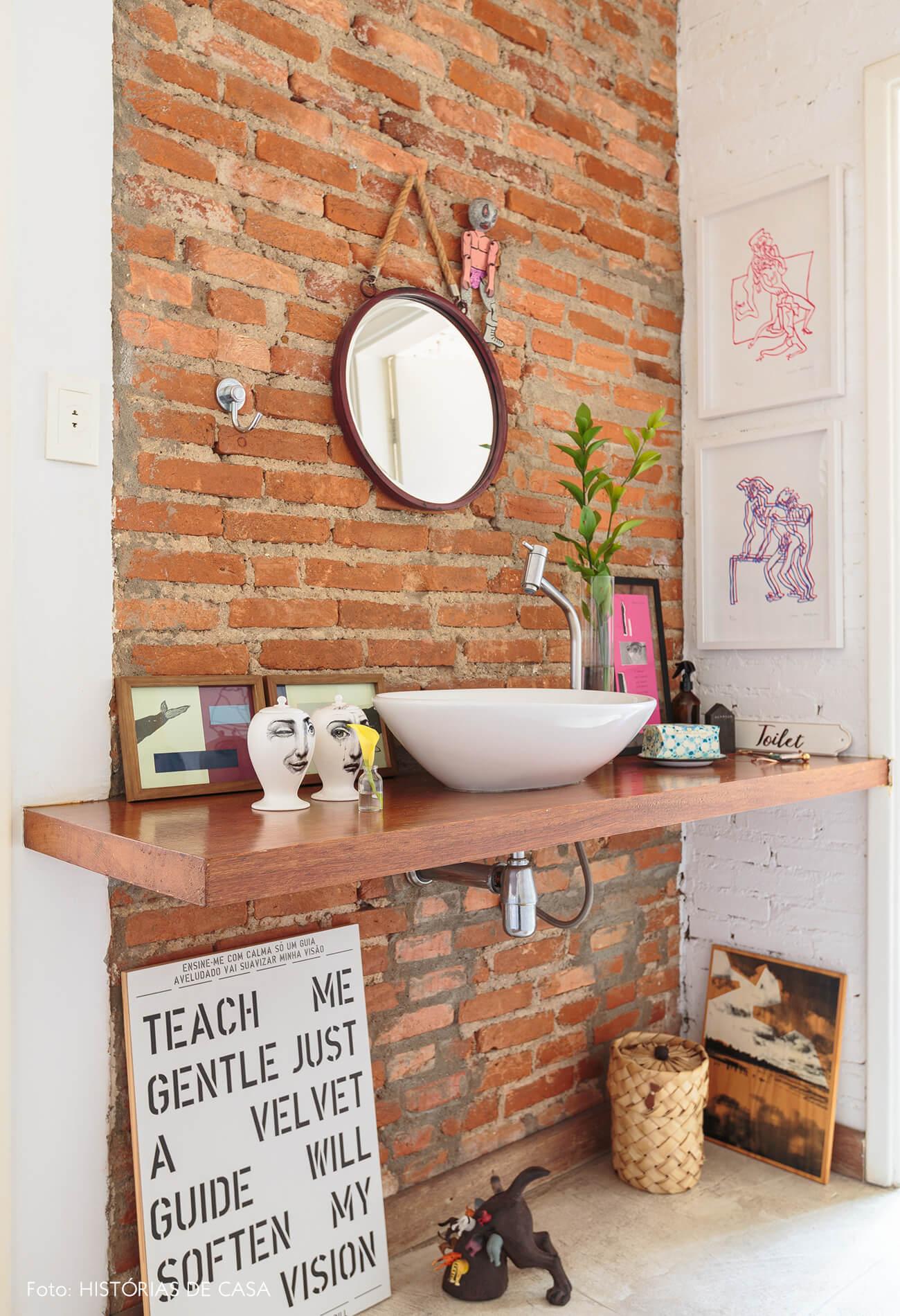 decoração lavabo com parede de tijolos