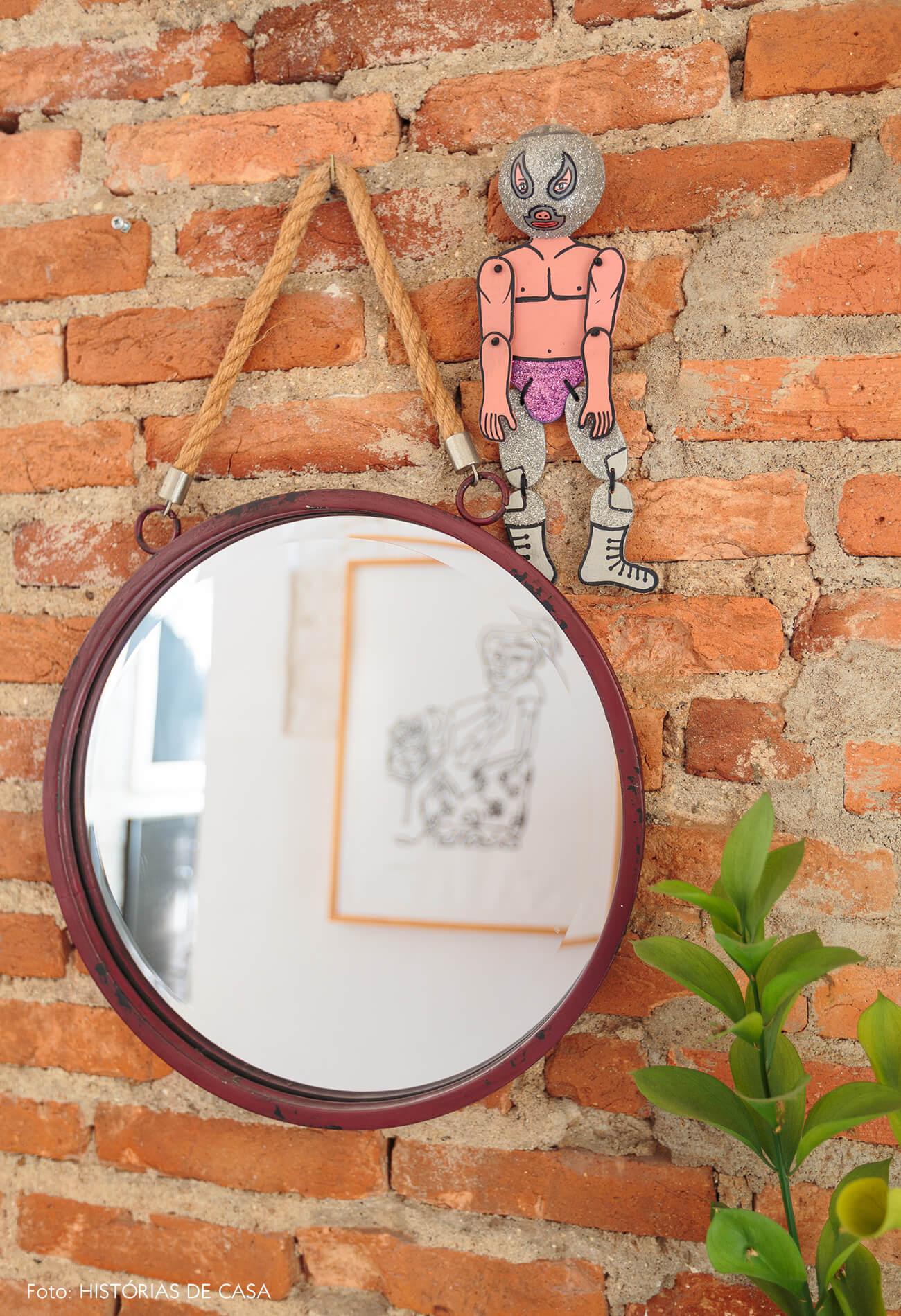 decoração espelho redondo em parede de tijolos