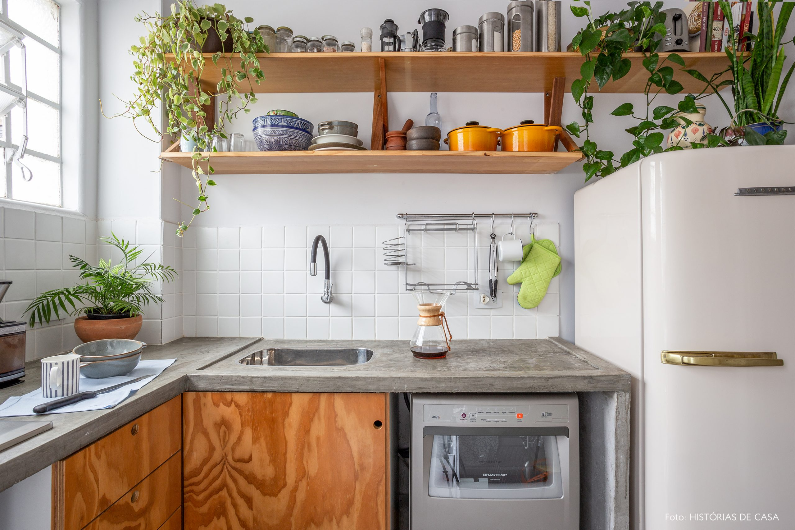 decoração cozinha com armarios de madeira e plantas