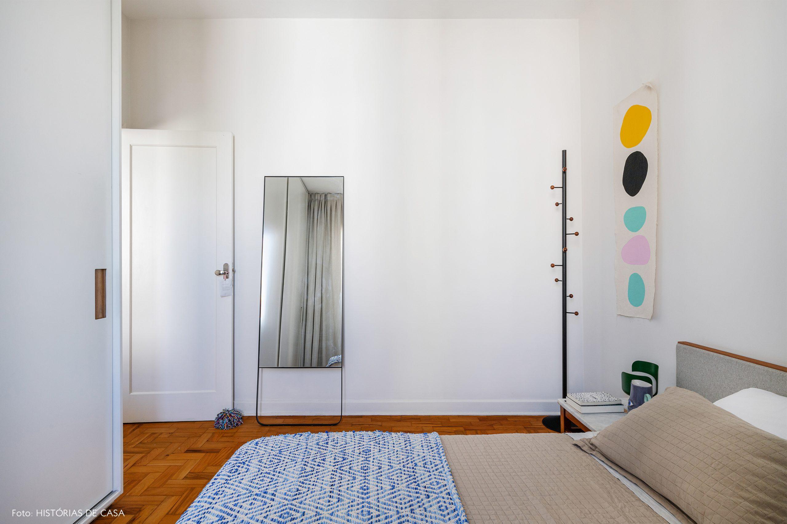 decoração quarto branco com mancebo preto
