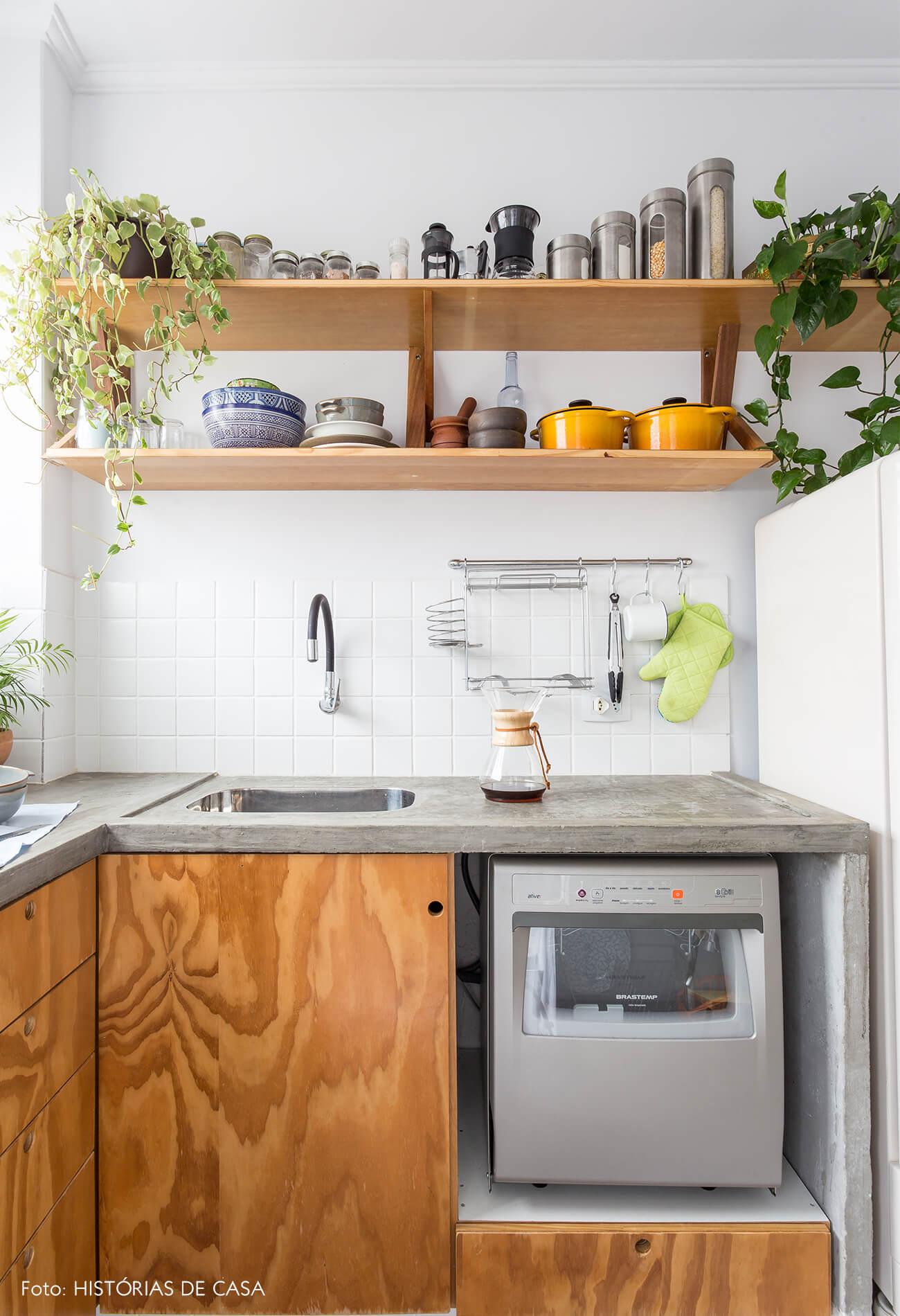 decoração cozinha com armarios e prateleiras de madeira, com plantas