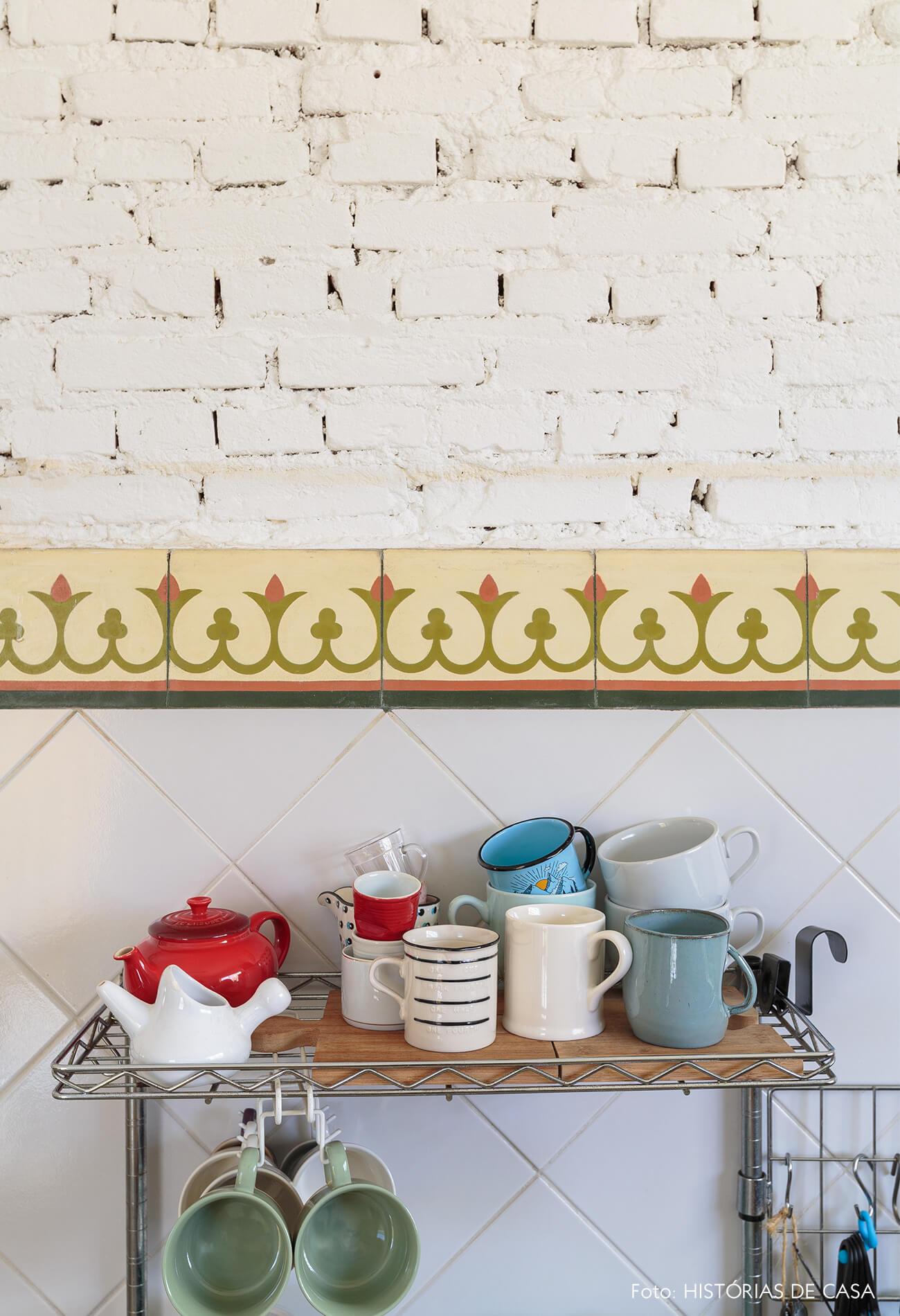 decoração cozinha com parede de tijolos brancos e azulejos coloridos