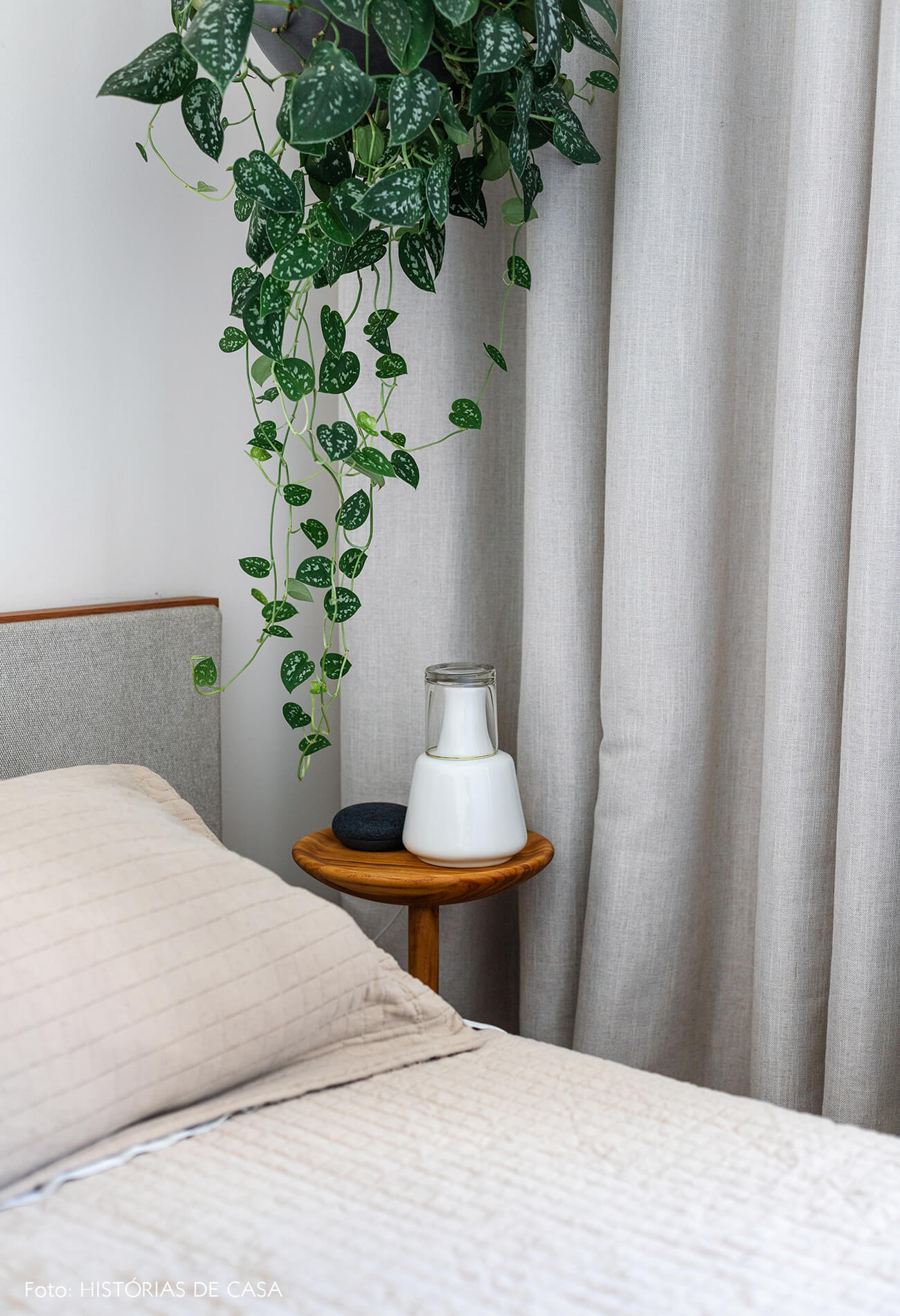 decoração quarto com cortina cinza e moringa mesa lateral
