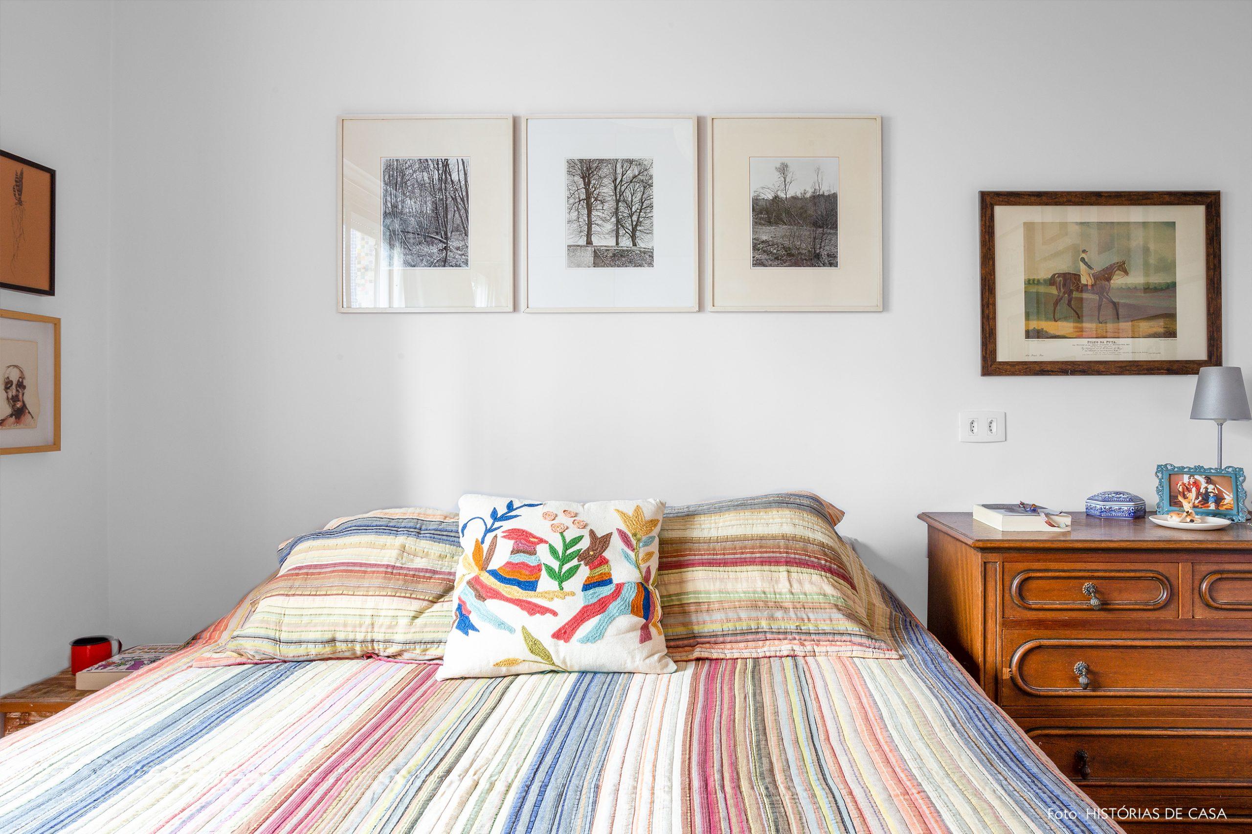 decoração quarto com muitos quadros e estante de madeira