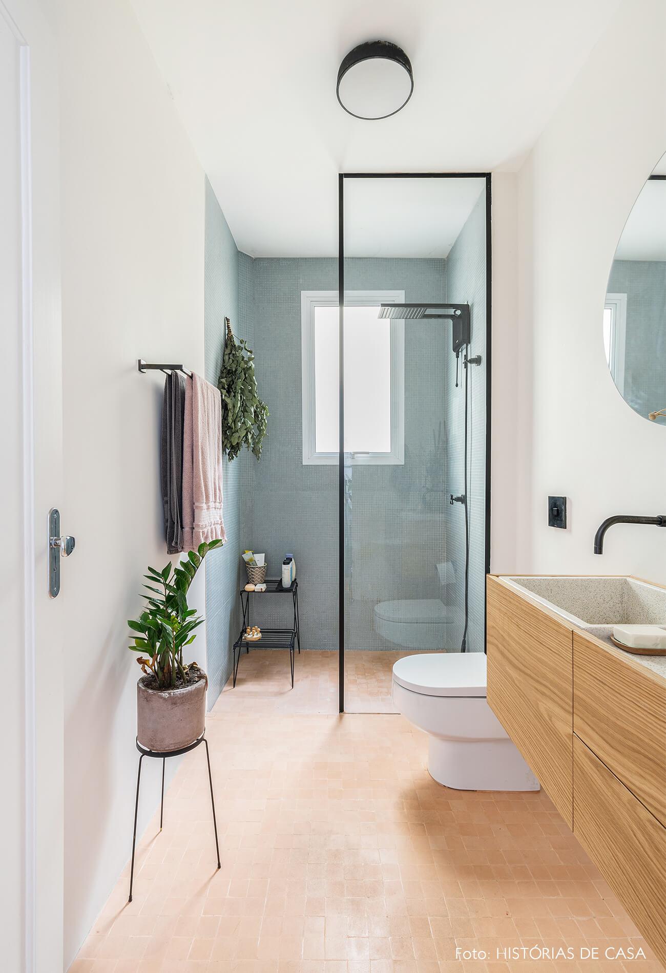 decoração banheiro com azulejos azul armario madeira