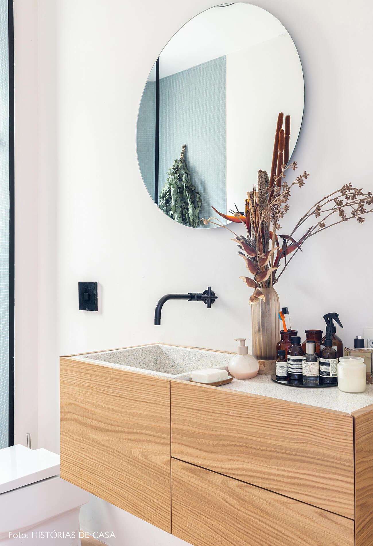 decoração banheiro com armarios de madeira pia granilite