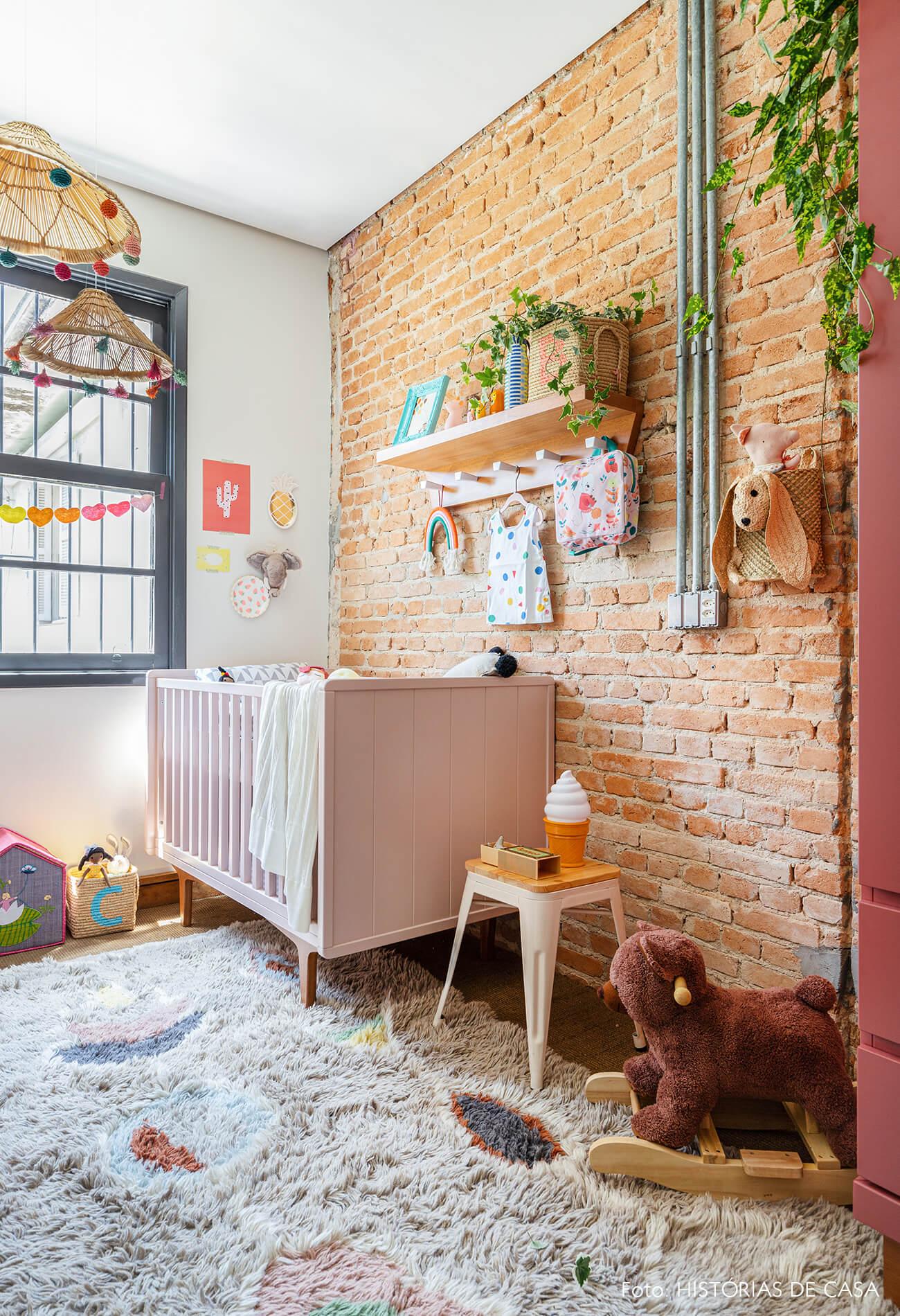 decoração quarto infantil berço cestos banco tolix