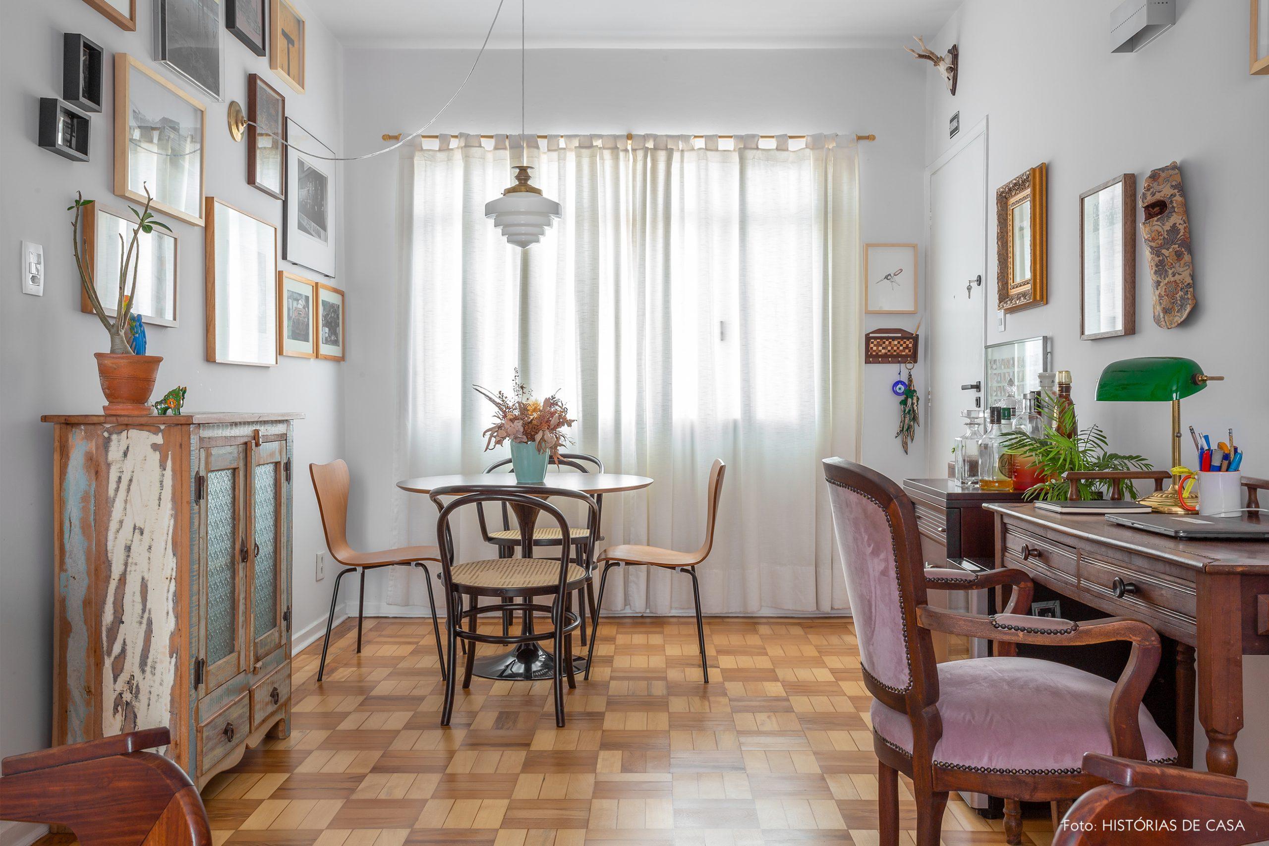 decoração sala com moveis antigos de madeira e muitos quadros