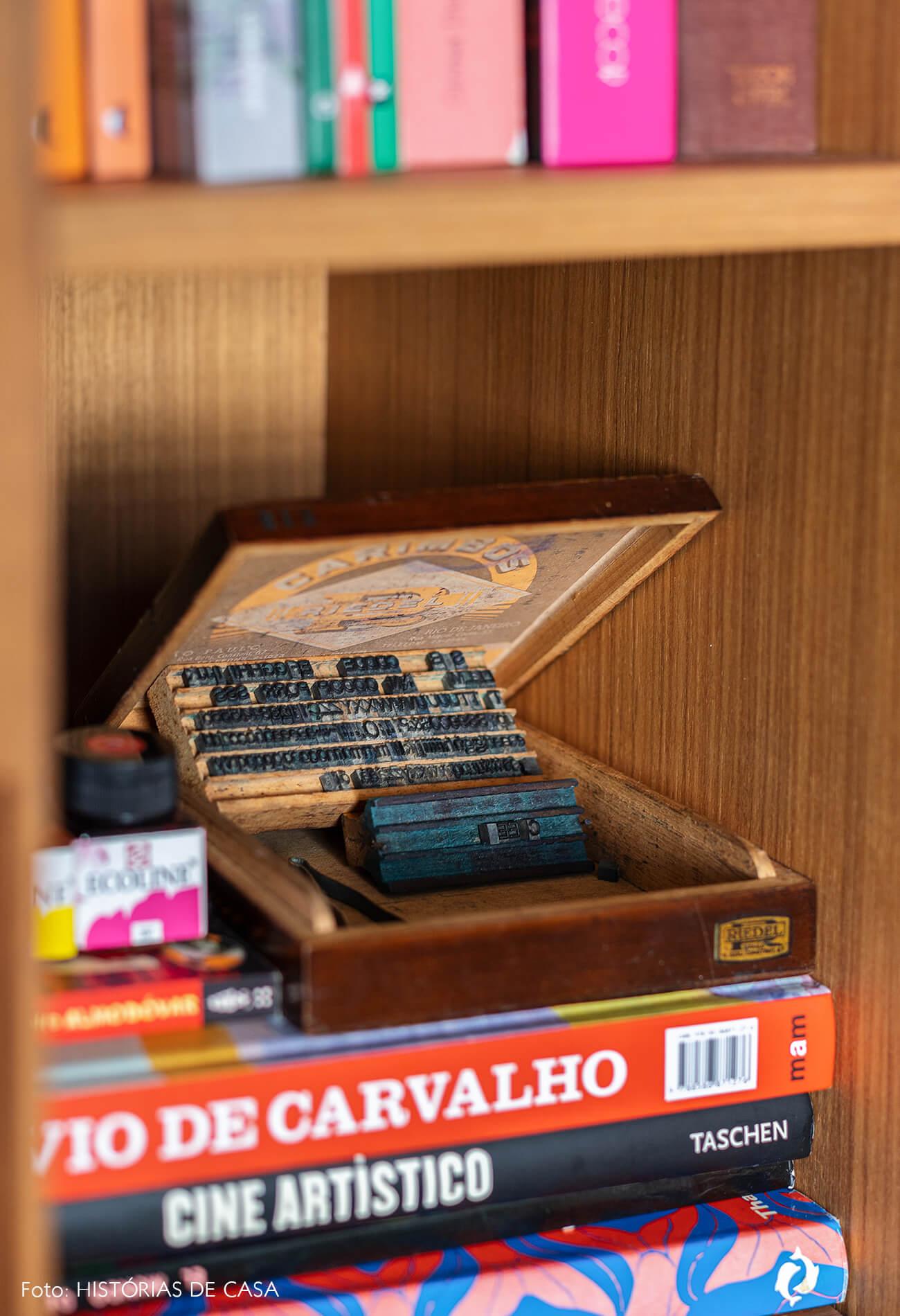 decoração detalhe estante livro madeira