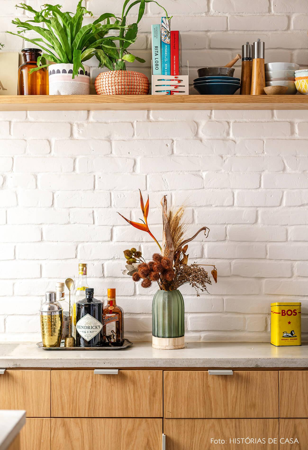 decoração cozinha armarios madeira parede tijolinho branco