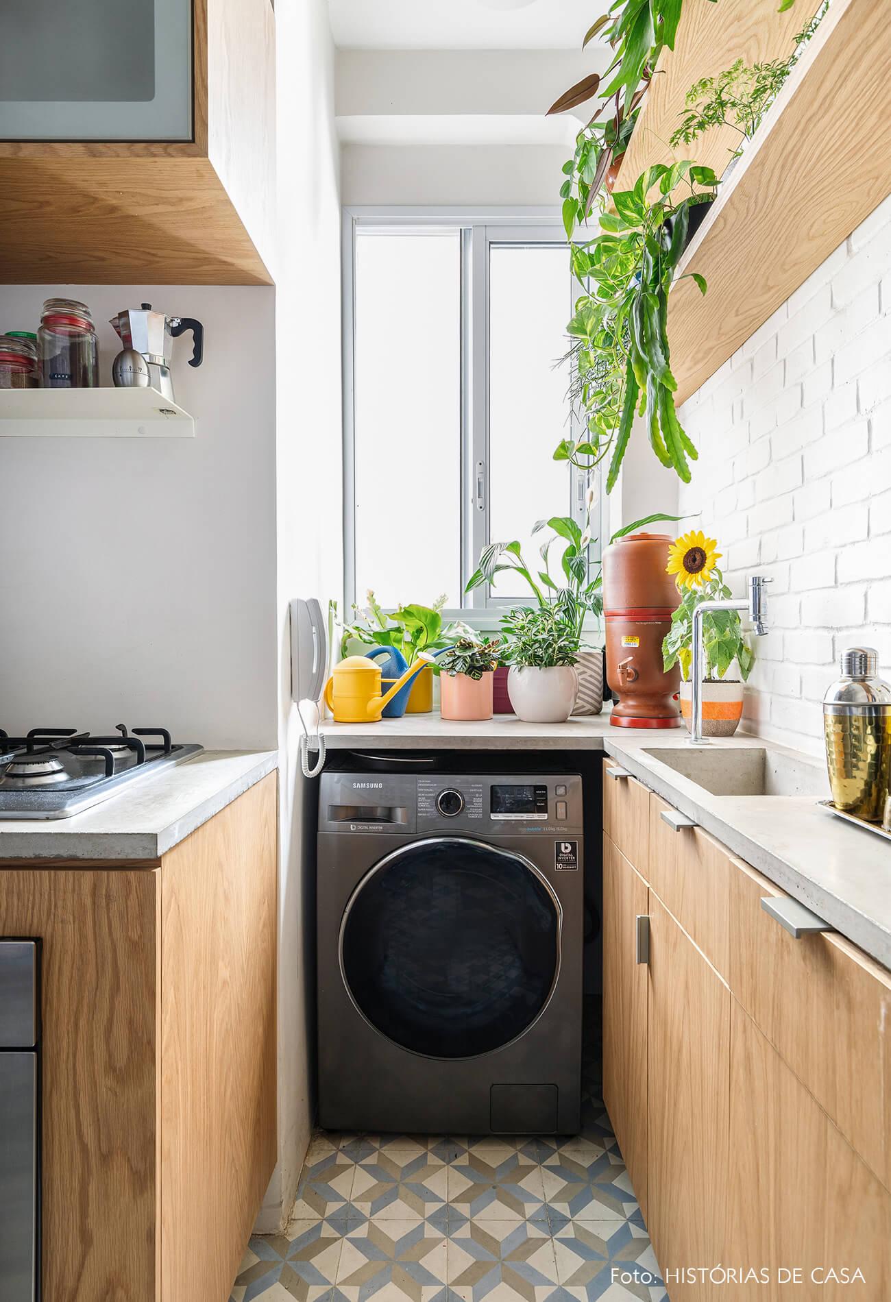 decoração cozinha com armarios madeira varios vasos plantas
