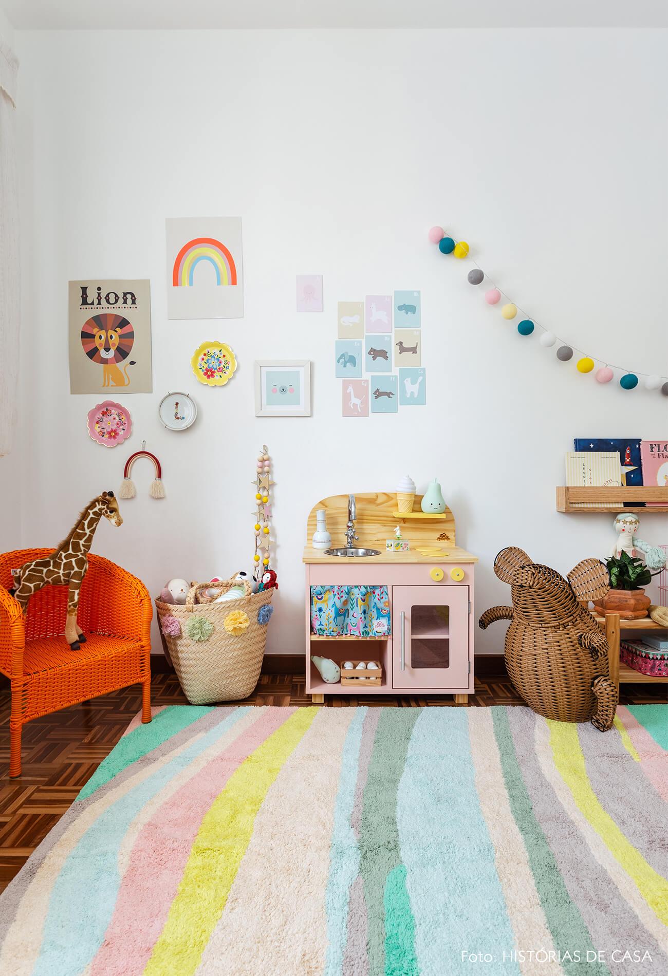 decoração quarto infantil cadeira palha cestos cozinha madeira tapete colorido cordão de luz