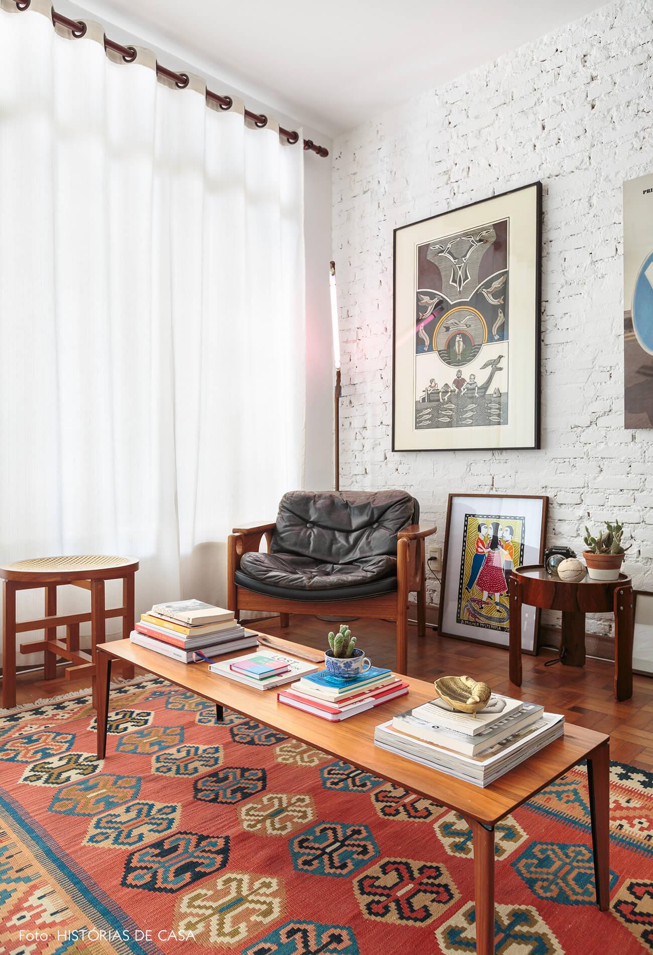 decoração sala com parede de tijolos branco e moveis de madeira