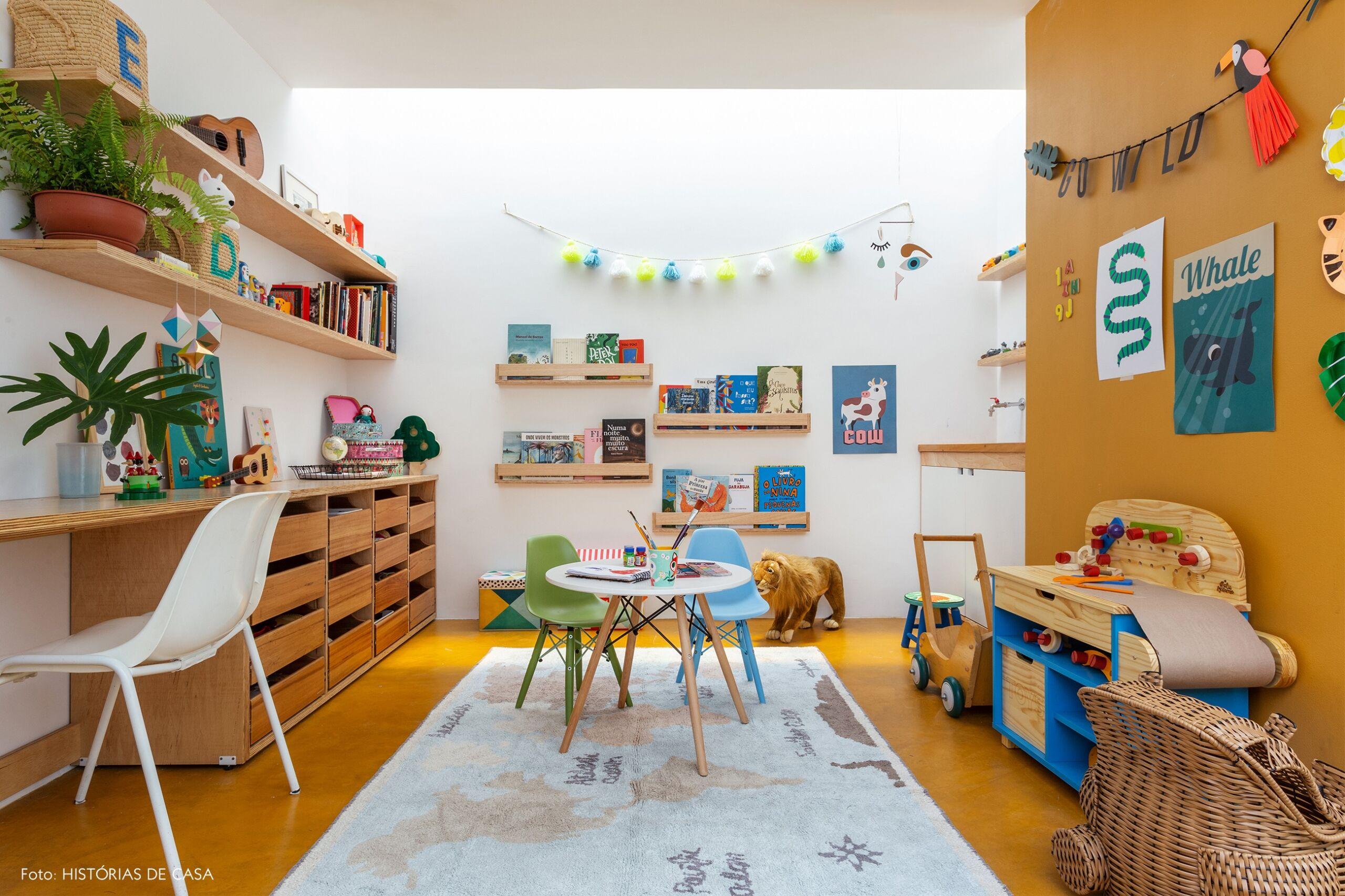 quarto infantil decoração com cestos cadeira e mesa eames tapete estampado