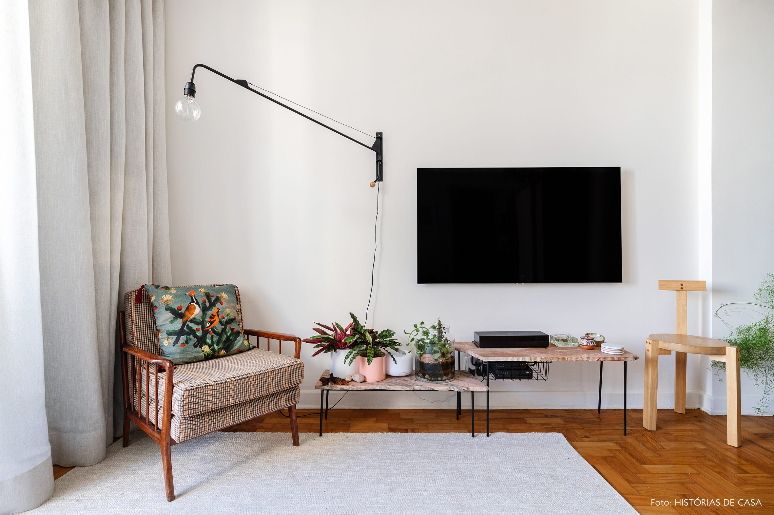 decoração sala com poltrona tecido banco girafa lina