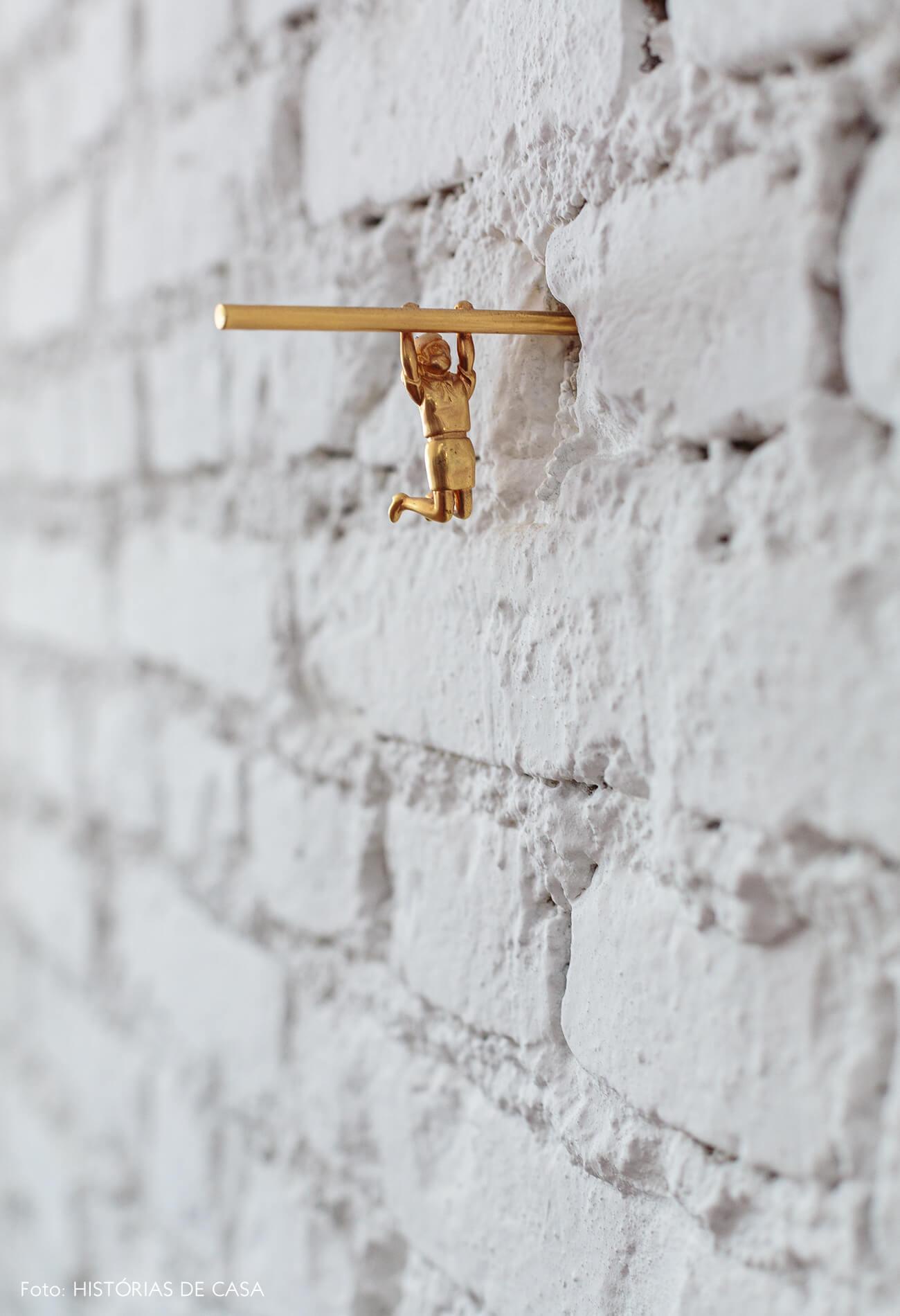 decoração parafuso decorativo dourado em parede de tijolos
