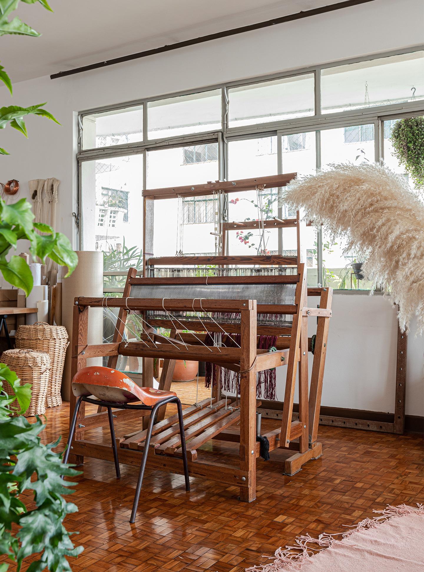 decoração home office com cestos e equipamento de tecelagem