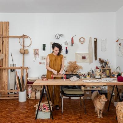 decoração retrato em atelie com cestos e mesa de madeira cavalete