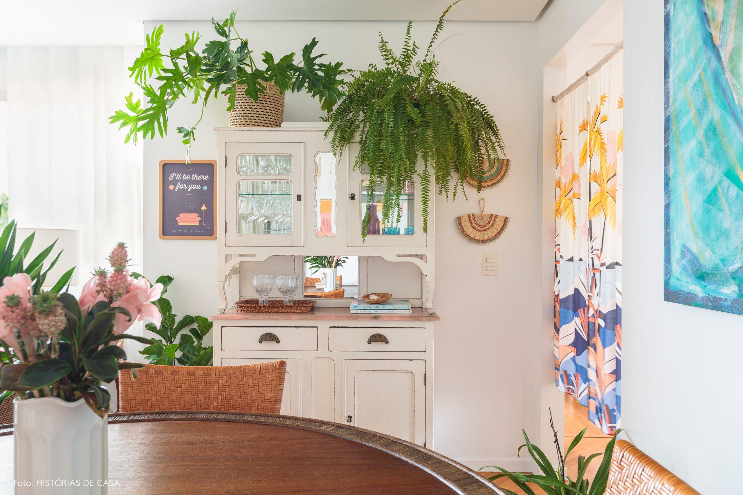 decoração praiana sala jantar com muitas plantas e cestos