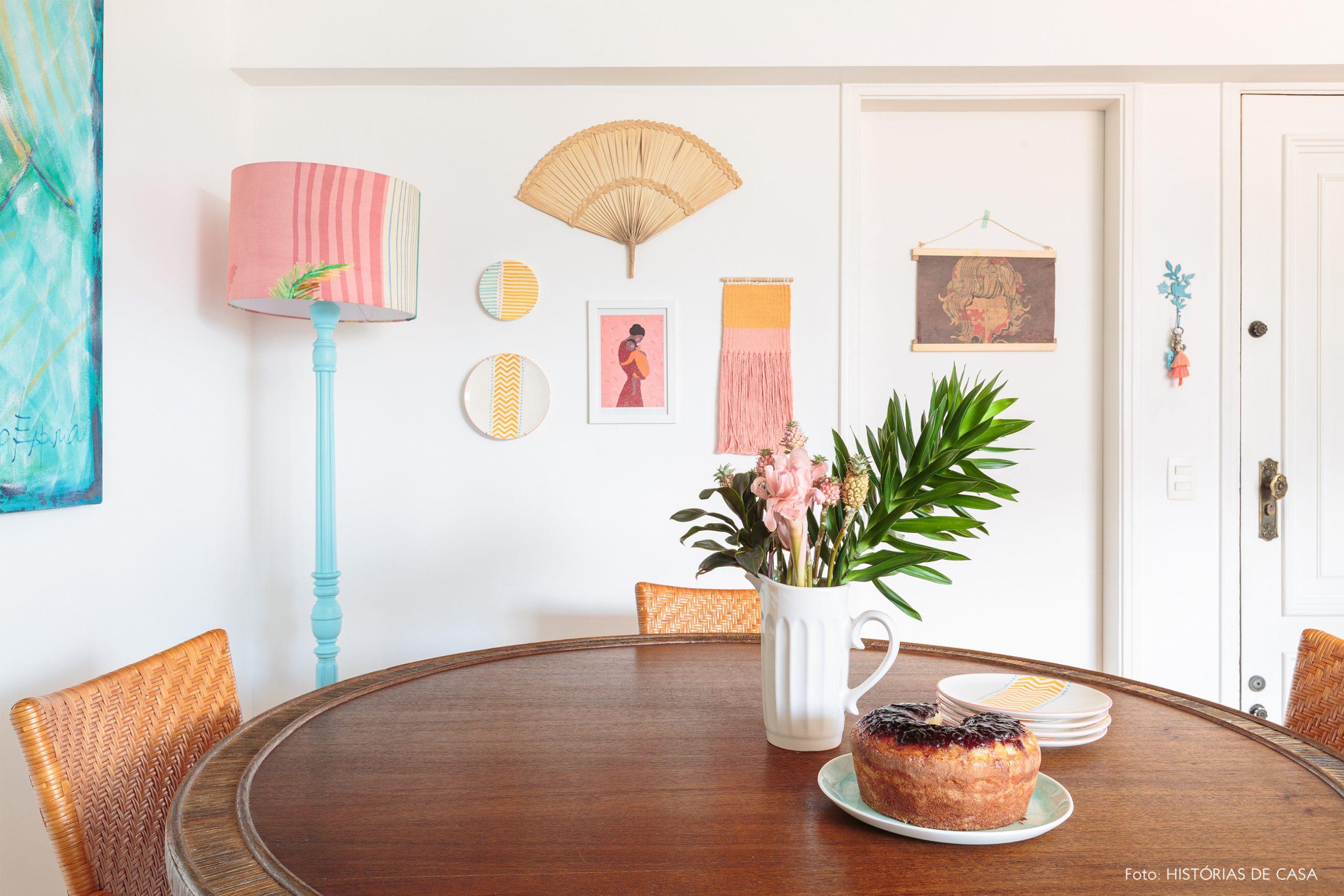 decoração praiana sala jantar com leques e tapçaria na parede e cadeiras de palha