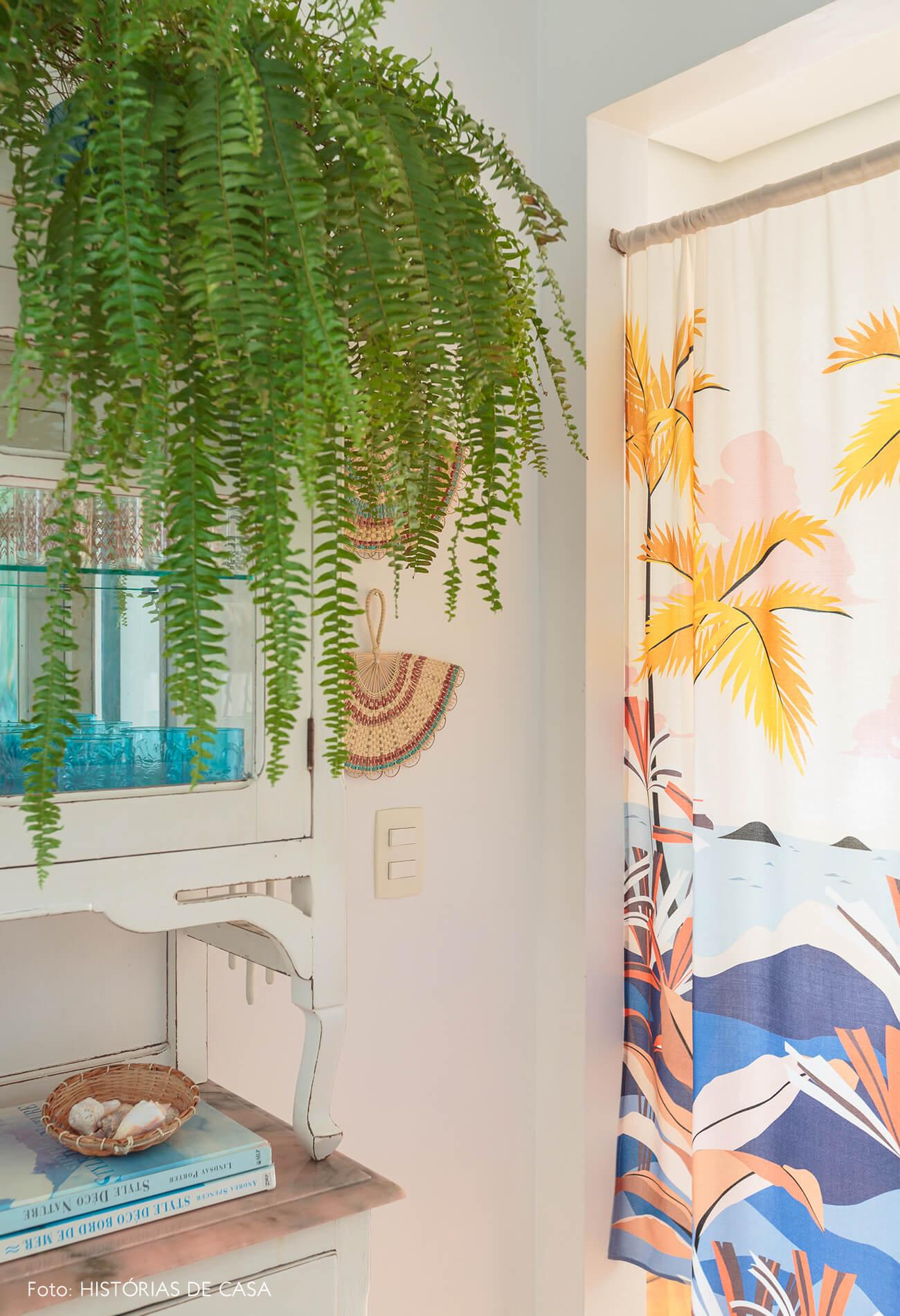 decoração praiana sala jantar com plantas e leques