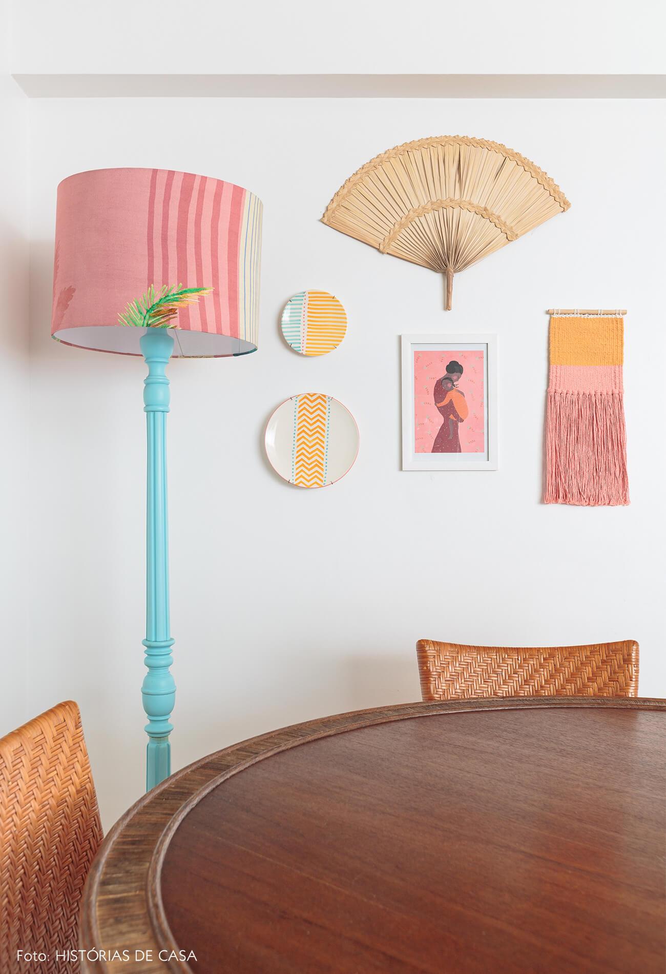 decoração praiana sala jantar com quadros e tapeçaria na parede