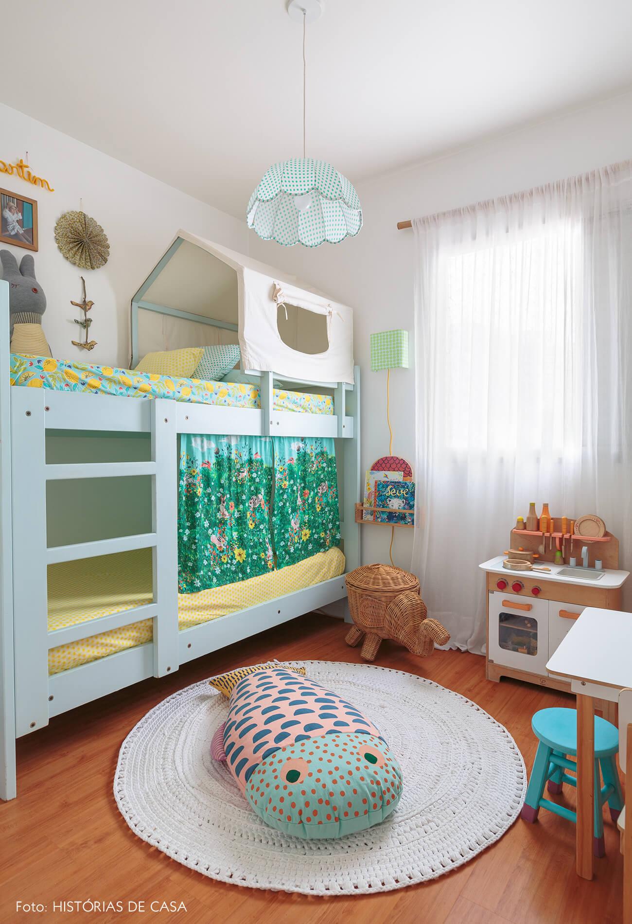 decoração praiana quarto infantil com cesto, moveis e brinquedos de madeira