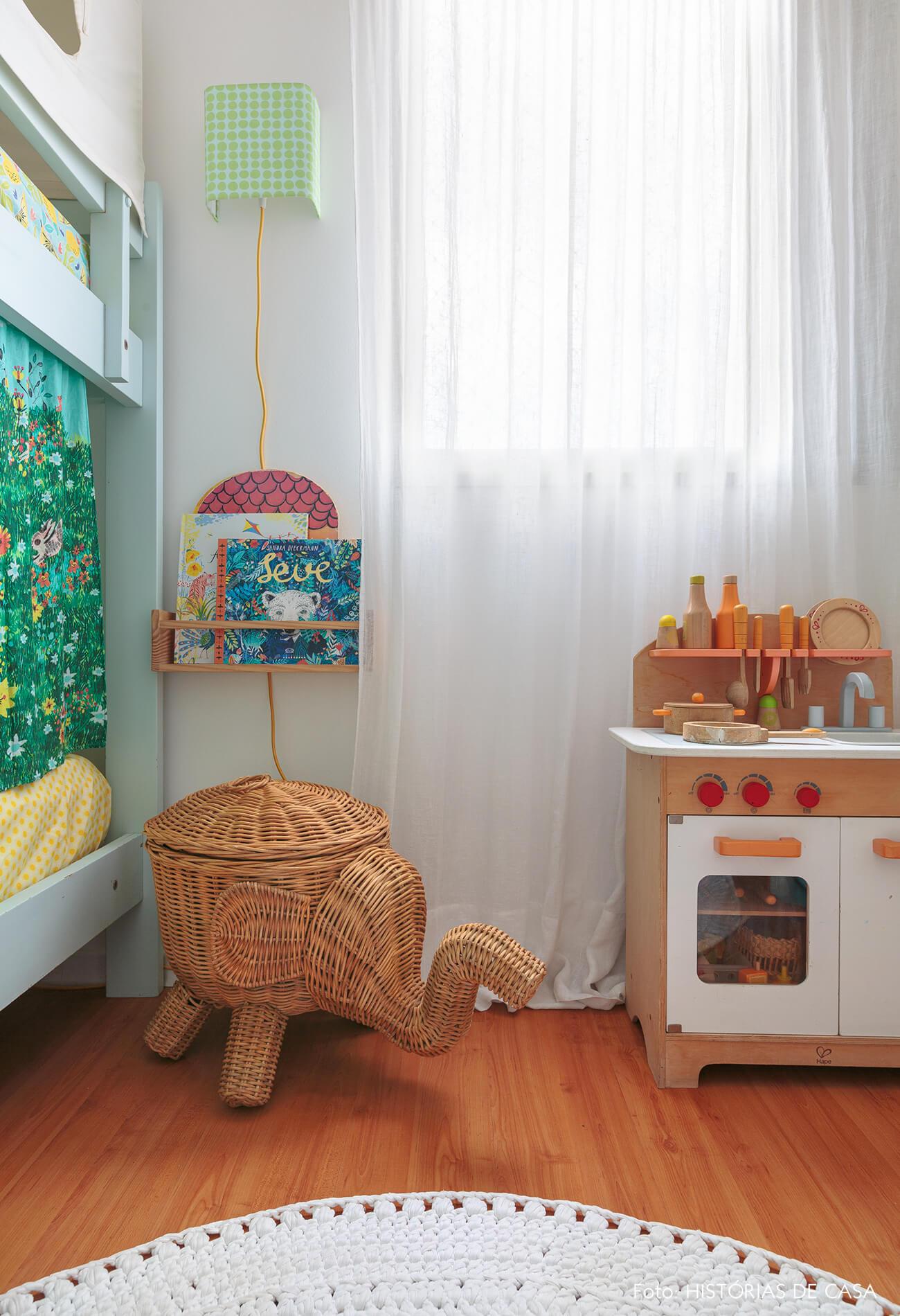 decoração praiana quarto infantil com cesto e brinquedos de madeira