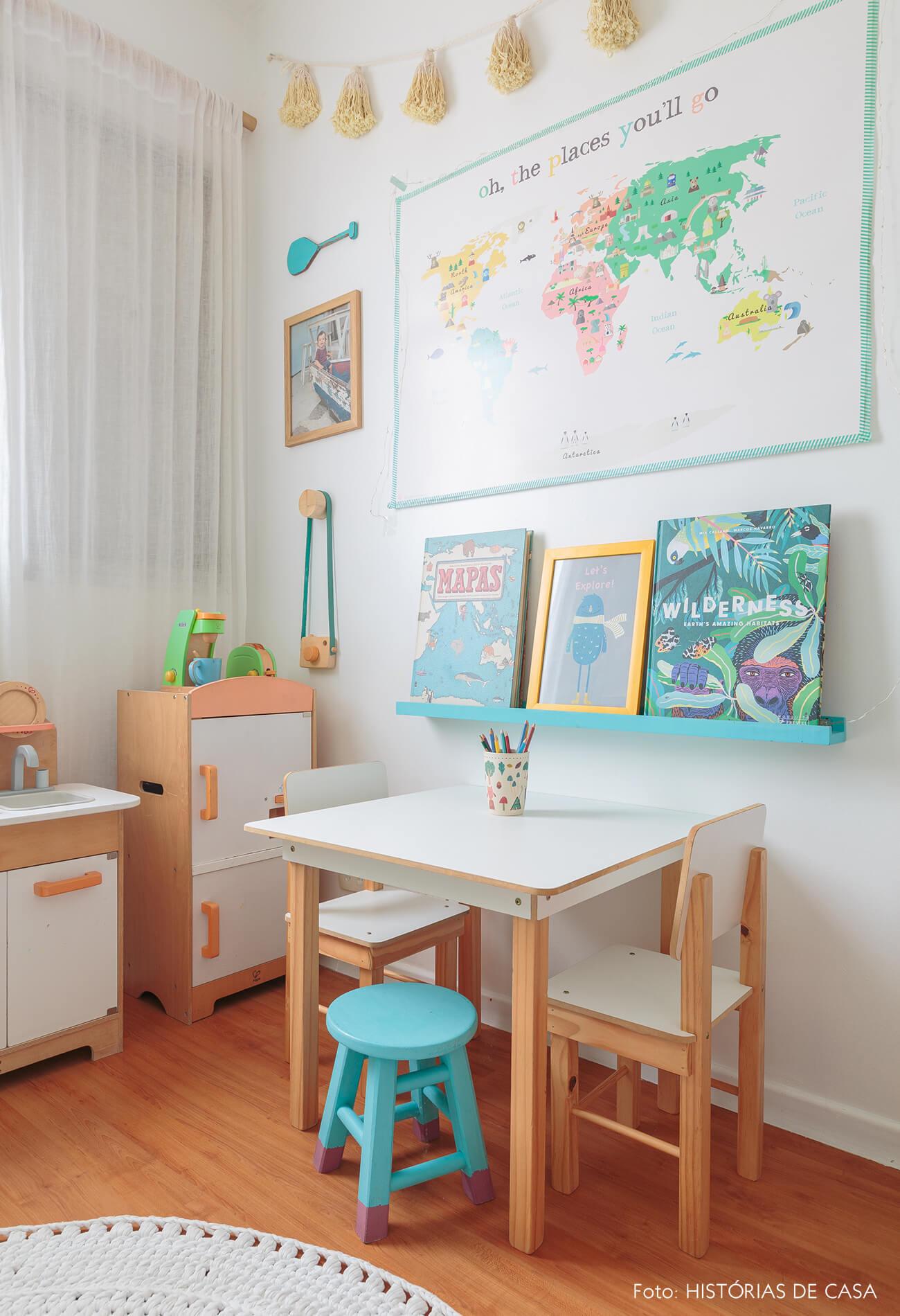 decoração praiana quarto infantil com móveis e cozinha de brinquedo de madeira