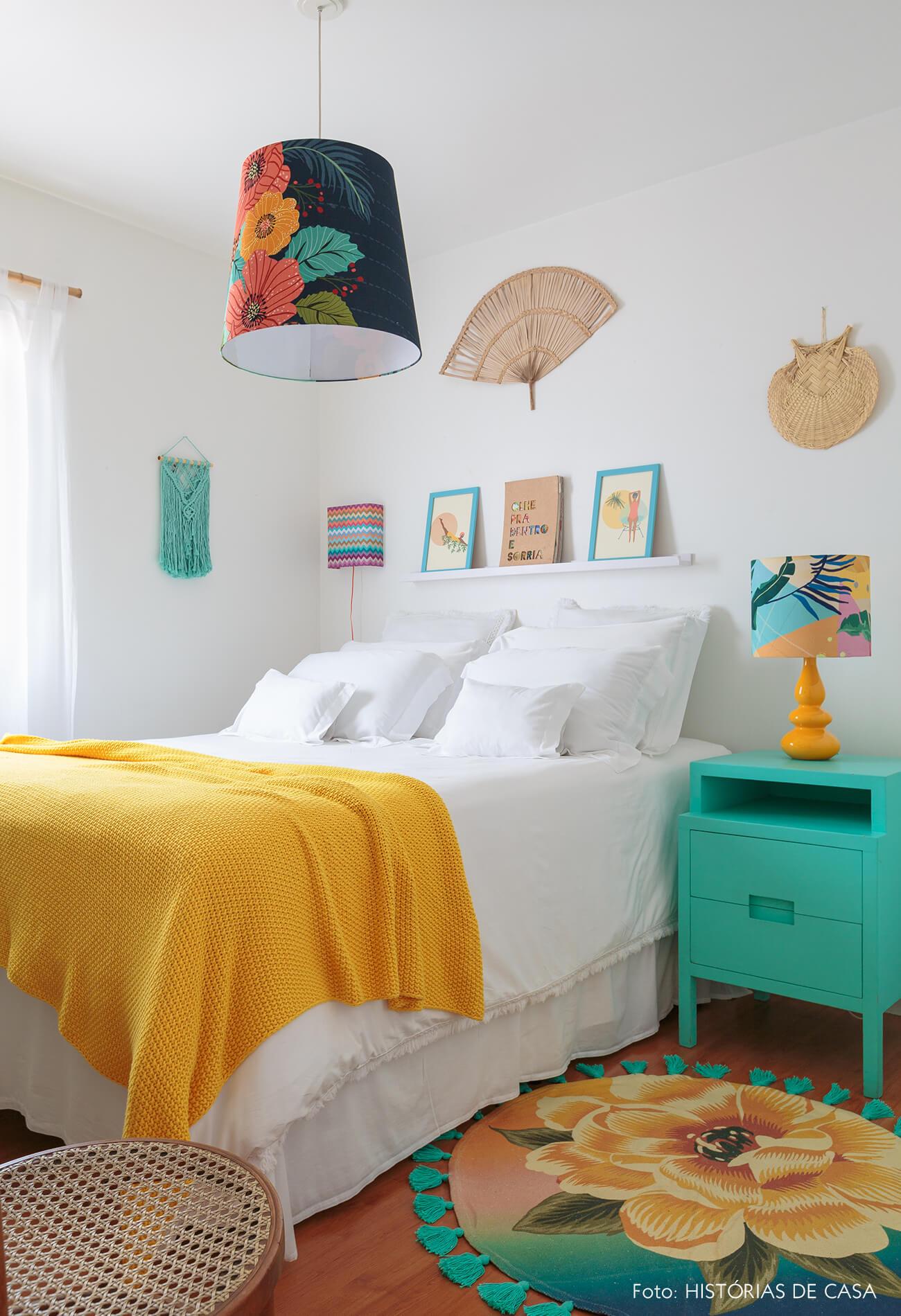 decoração praiana quarto com cadeira thonet, tapete e luminarias coloridos