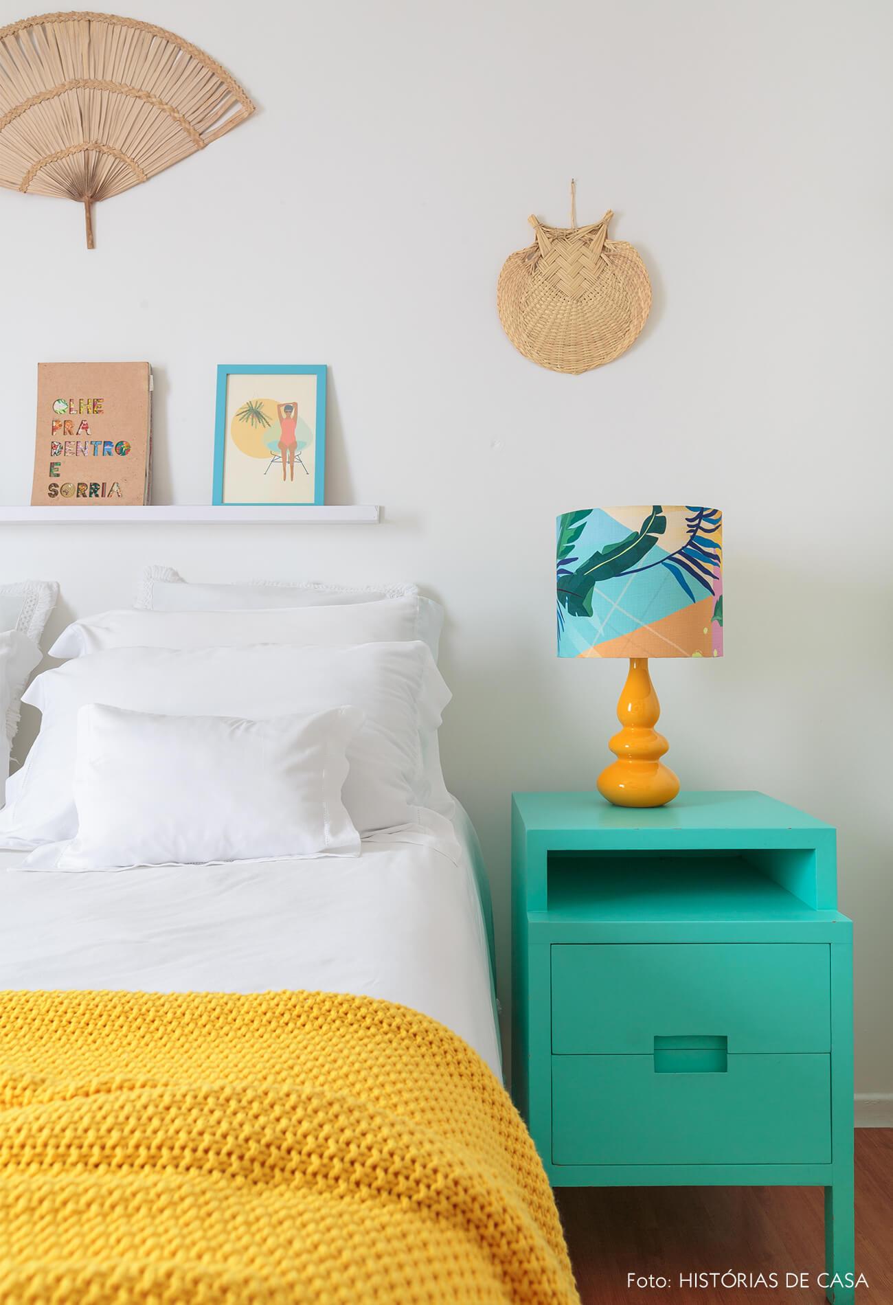 decoração praiana quarto com mesa lateral azul e leques na parede